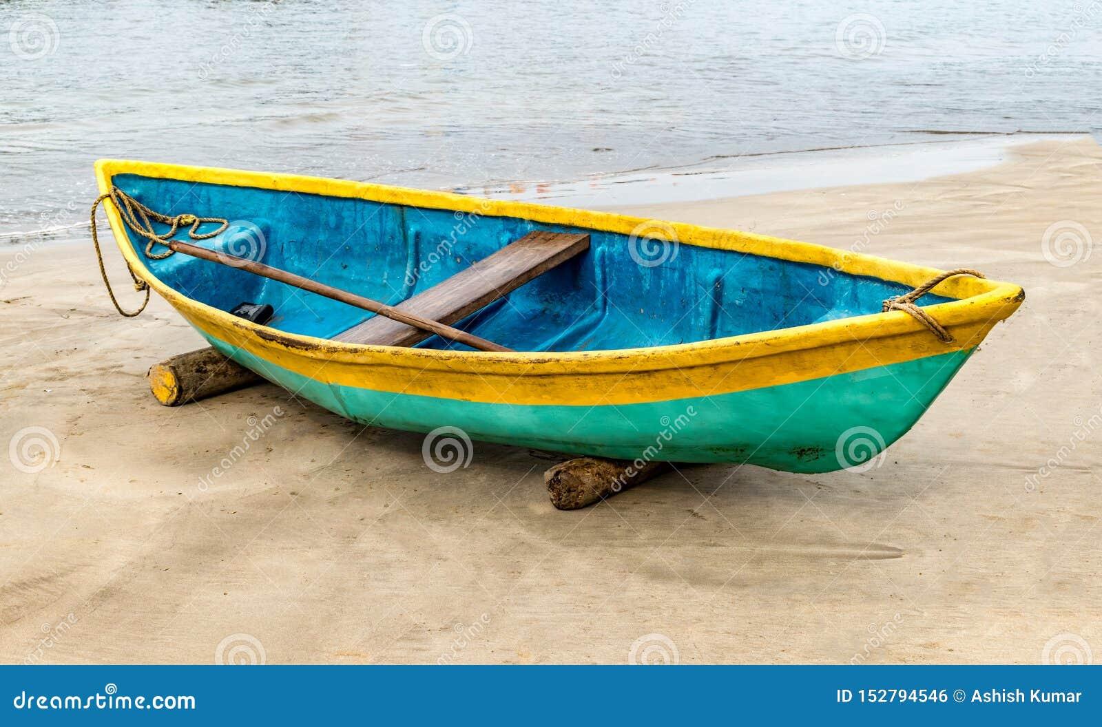 Η όμορφη φωτογραφία το κανό αλιείας, το κανό είναι χρωματισμένο ζωηρόχρωμος με τον παραδοσιακό ασιατικό τρόπο Είναι μη απασχόληση