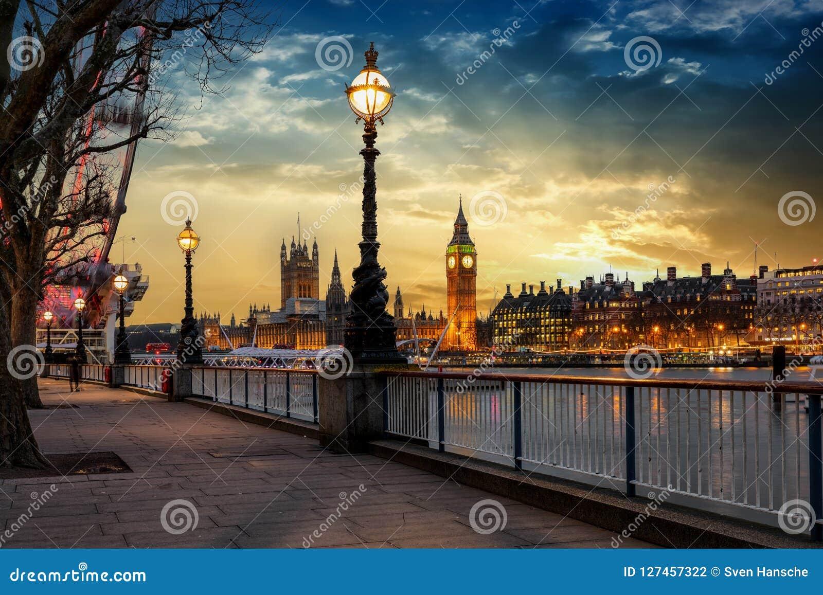 Η όχθη ποταμού του Λονδίνου του Τάμεση με την άποψη στο Big Ben κατά τη διάρκεια του ηλιοβασιλέματος
