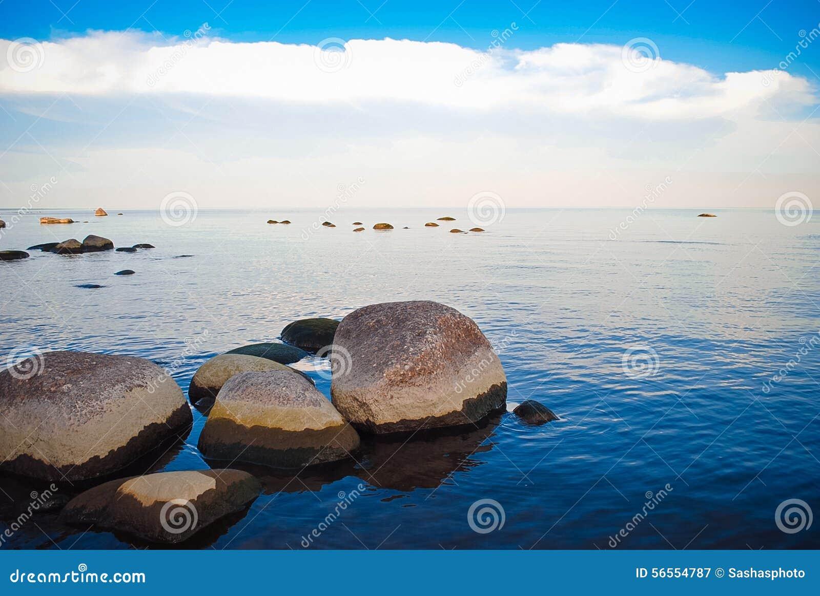 Download Η δύσκολη ακτή και τα ήρεμα νερά της θάλασσας Στοκ Εικόνα - εικόνα από βράχος, σκηνή: 56554787