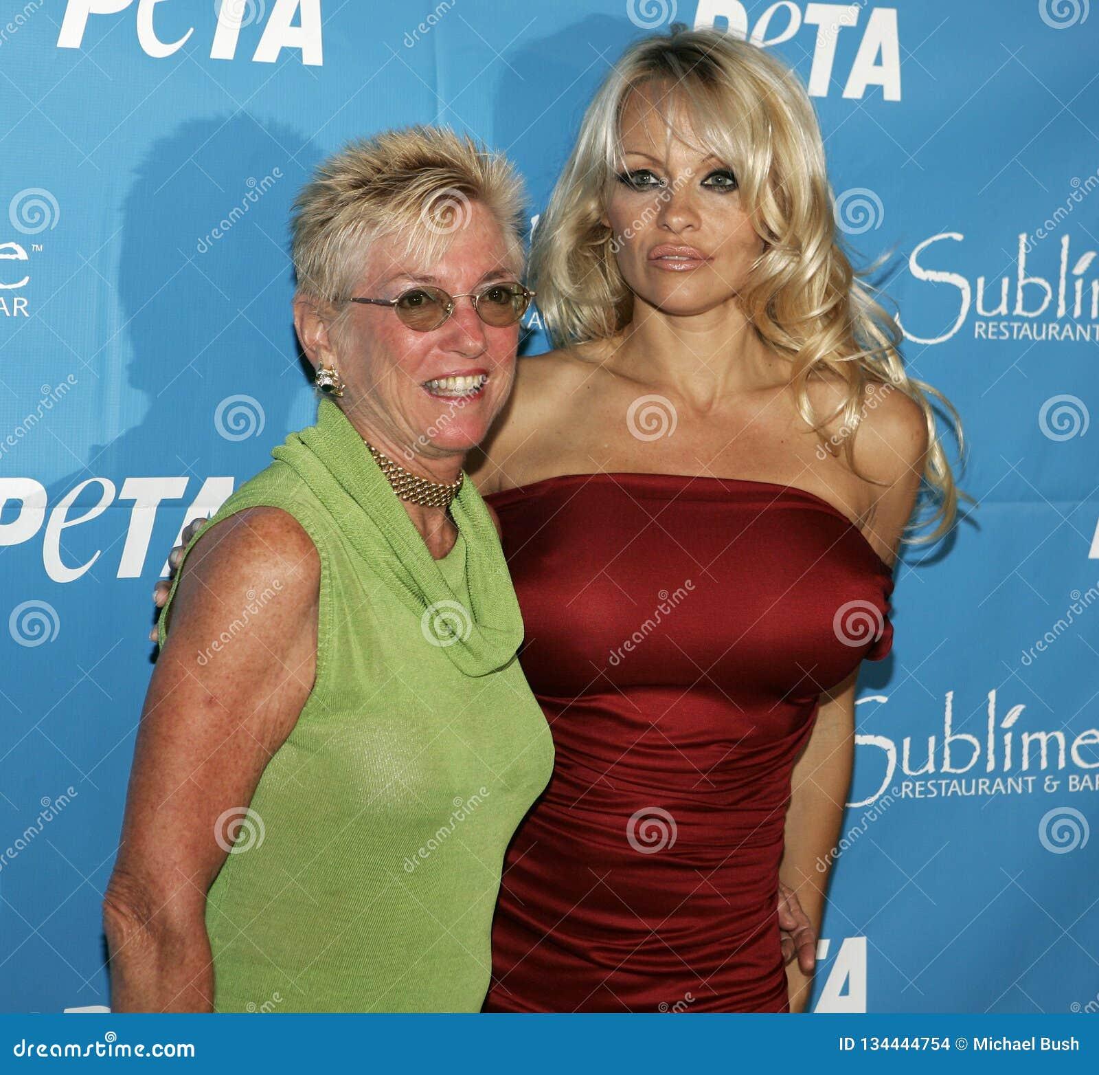 Η Pamela Anderson γιορτάζει τα 40α γενέθλια