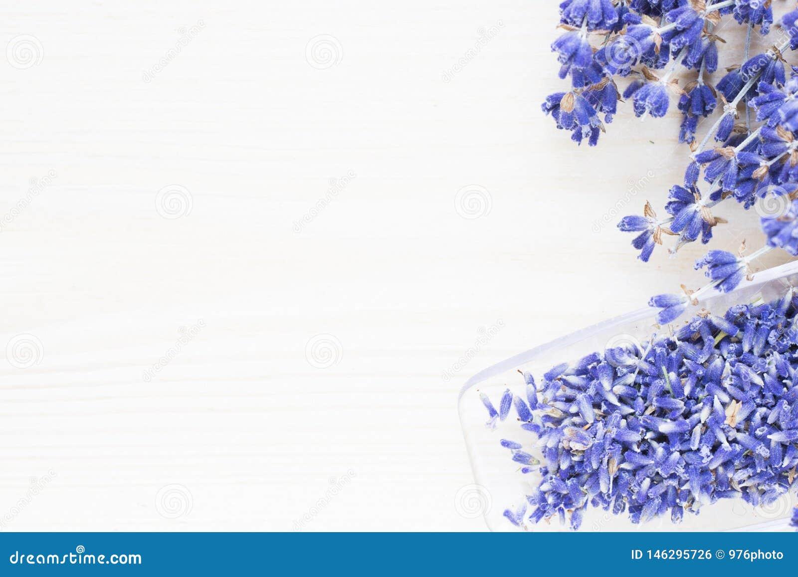 Η SPA και το wellness που θέτουν με lavender ανθίζουν, άλας θάλασσας, πετρέλαιο σε ένα μπουκάλι, κερί αρώματος στο ξύλινο άσπρο υ