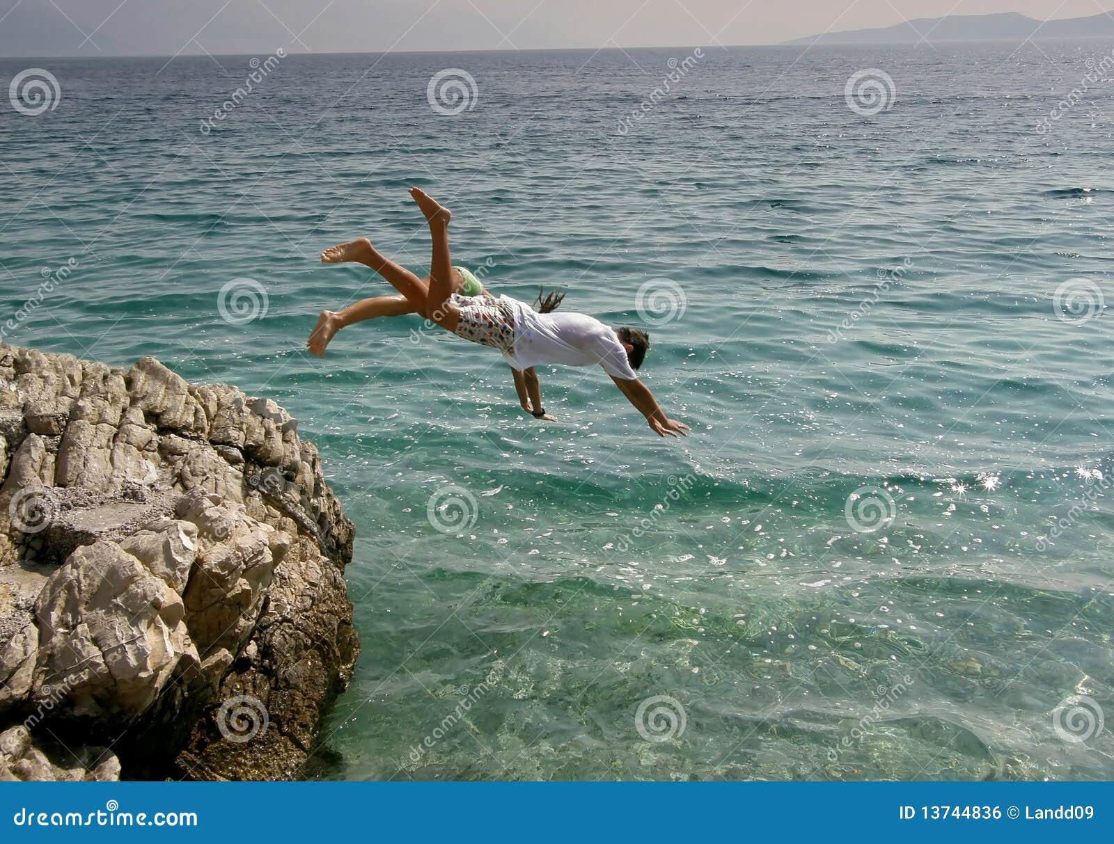 θάλασσα άλματος κοριτσ&io