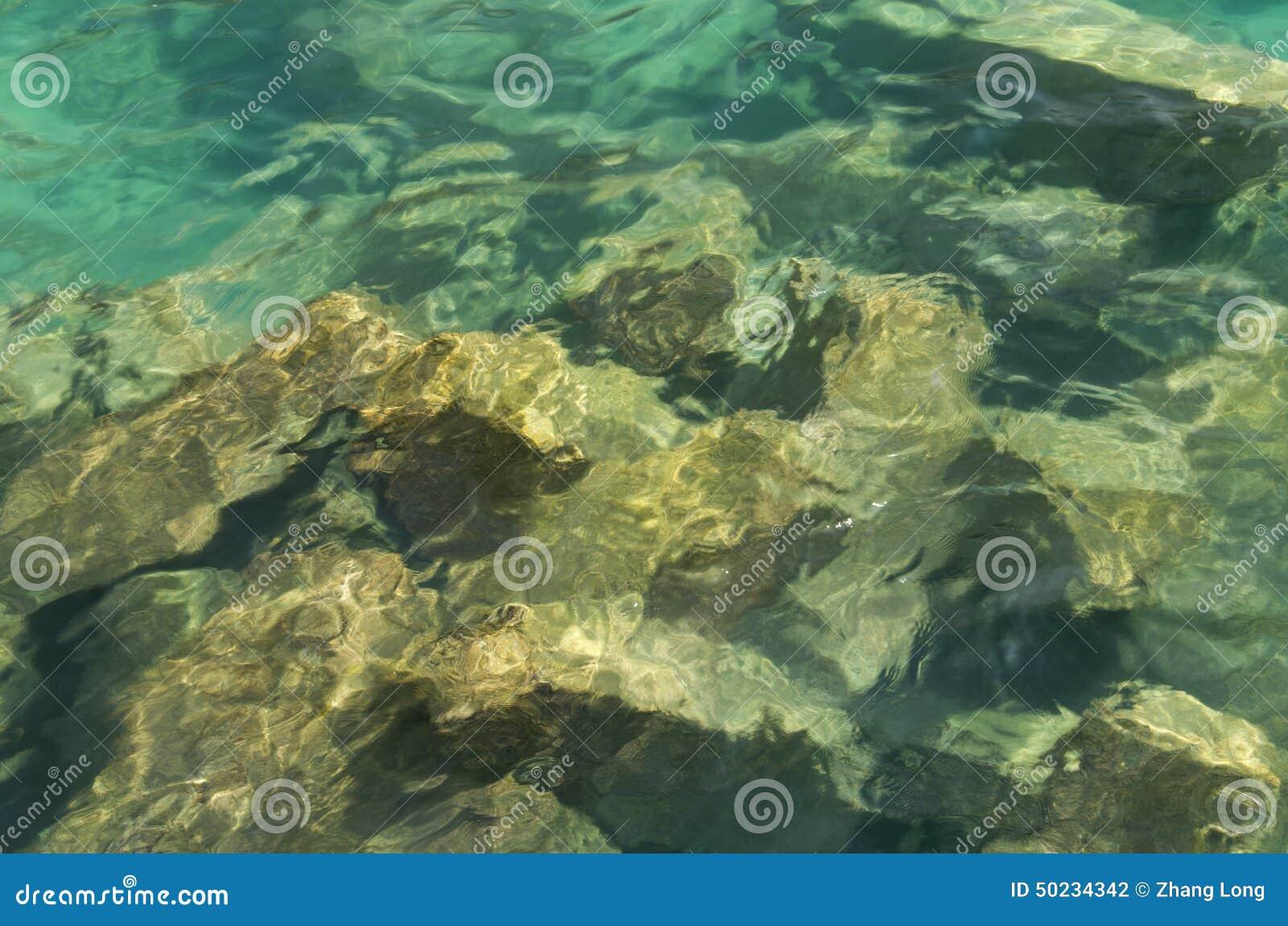 θάλασσα βράχων κάτω