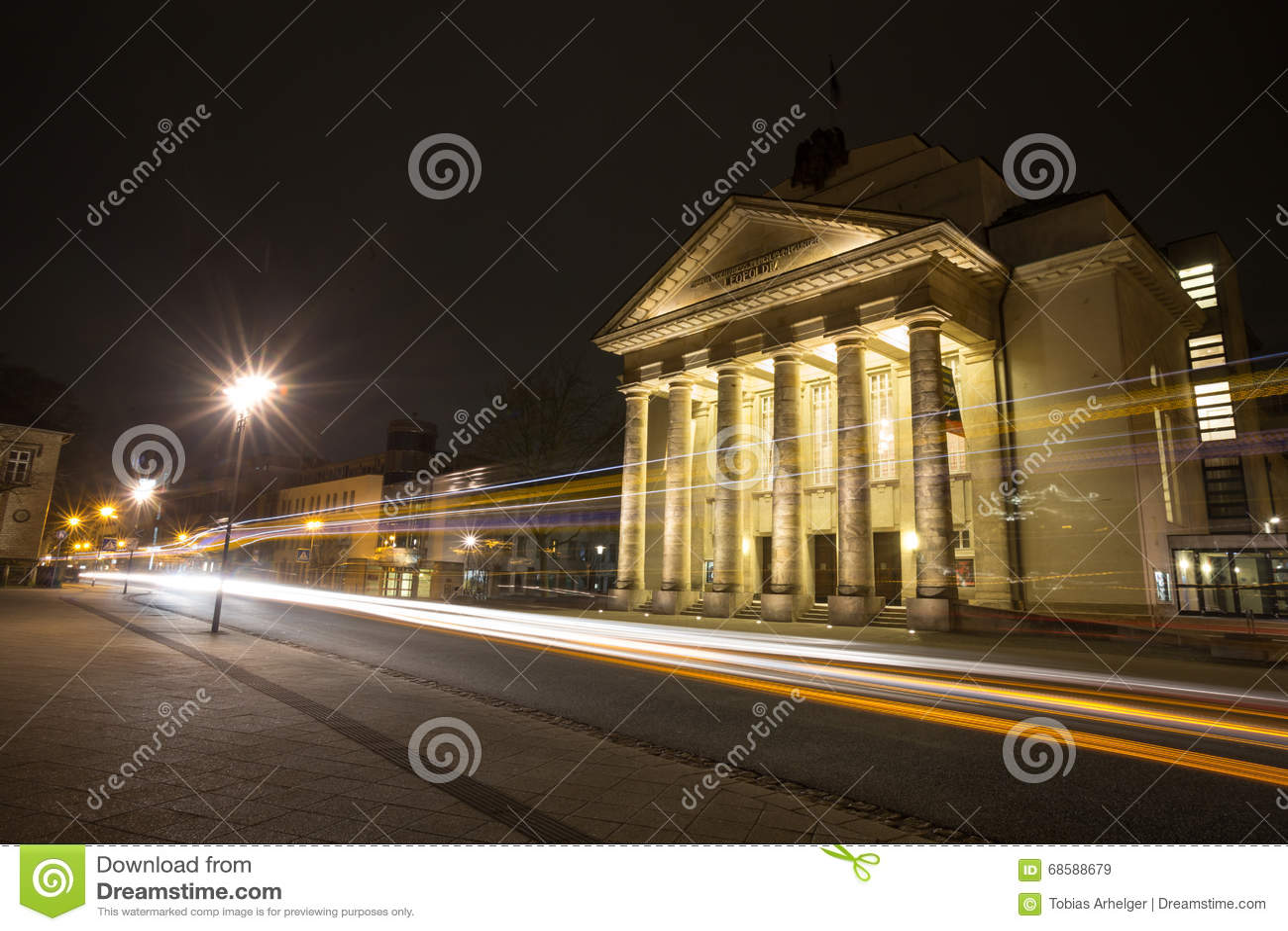 θέατρο detmold Γερμανία το βράδυ με τους φωτεινούς σηματοδότες