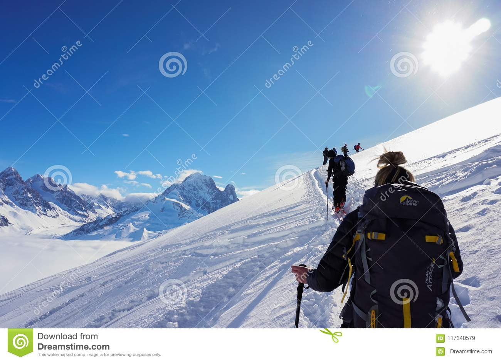 Θέες βουνού σε Chamonix περιοδεύοντας σκι