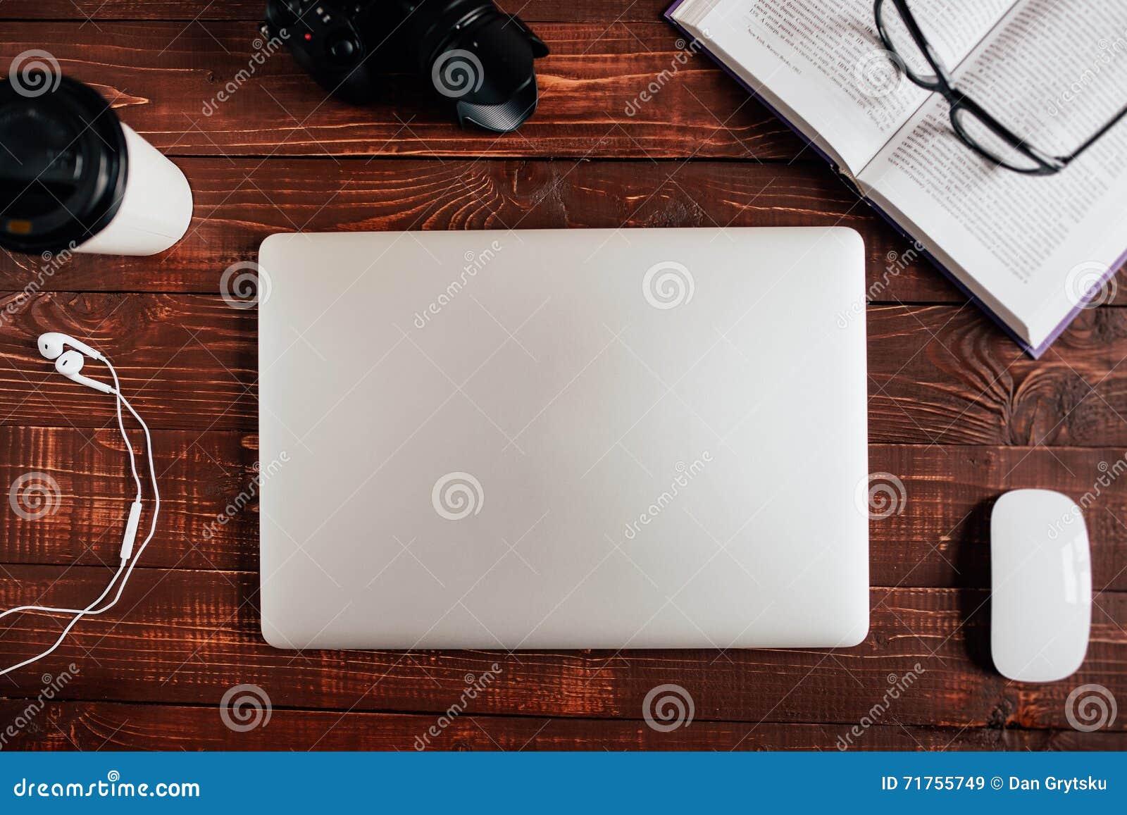 Θέση εργασίας Τοπ άποψη κινηματογραφήσεων σε πρώτο πλάνο της άνετης θέσης εργασίας στην αρχή με τον ξύλινο πίνακα και το στενό la