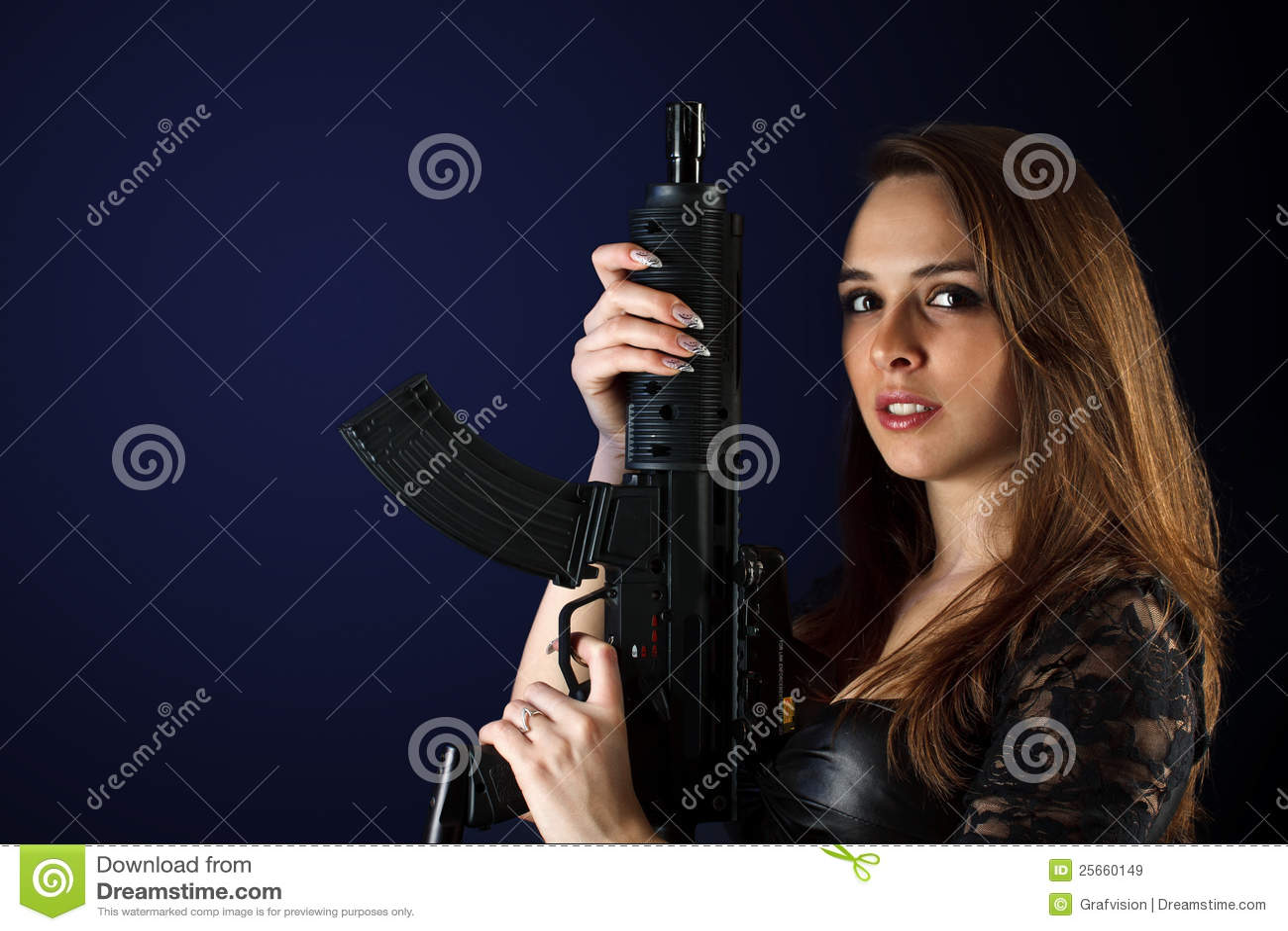 θέτοντας γυναίκα πυροβόλων όπλων