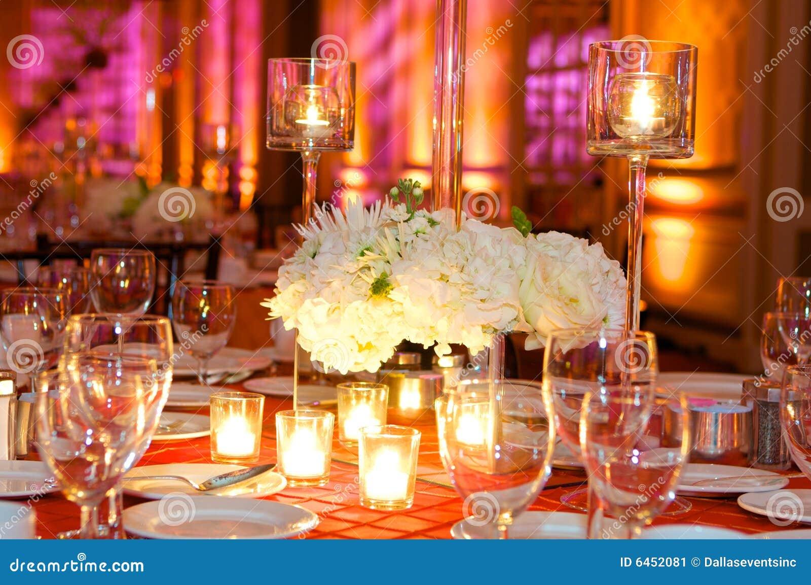 θέτοντας επιτραπέζιος γάμος λήψης πολυτέλειας