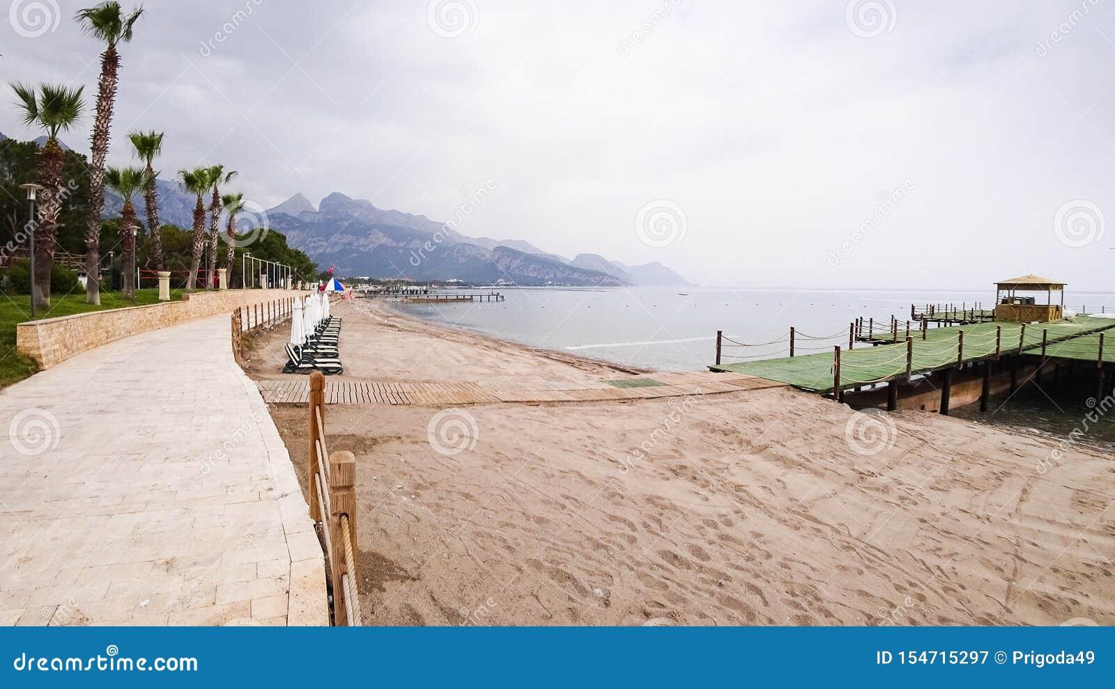 Θαλάσσιος περίπατος στην ακτή