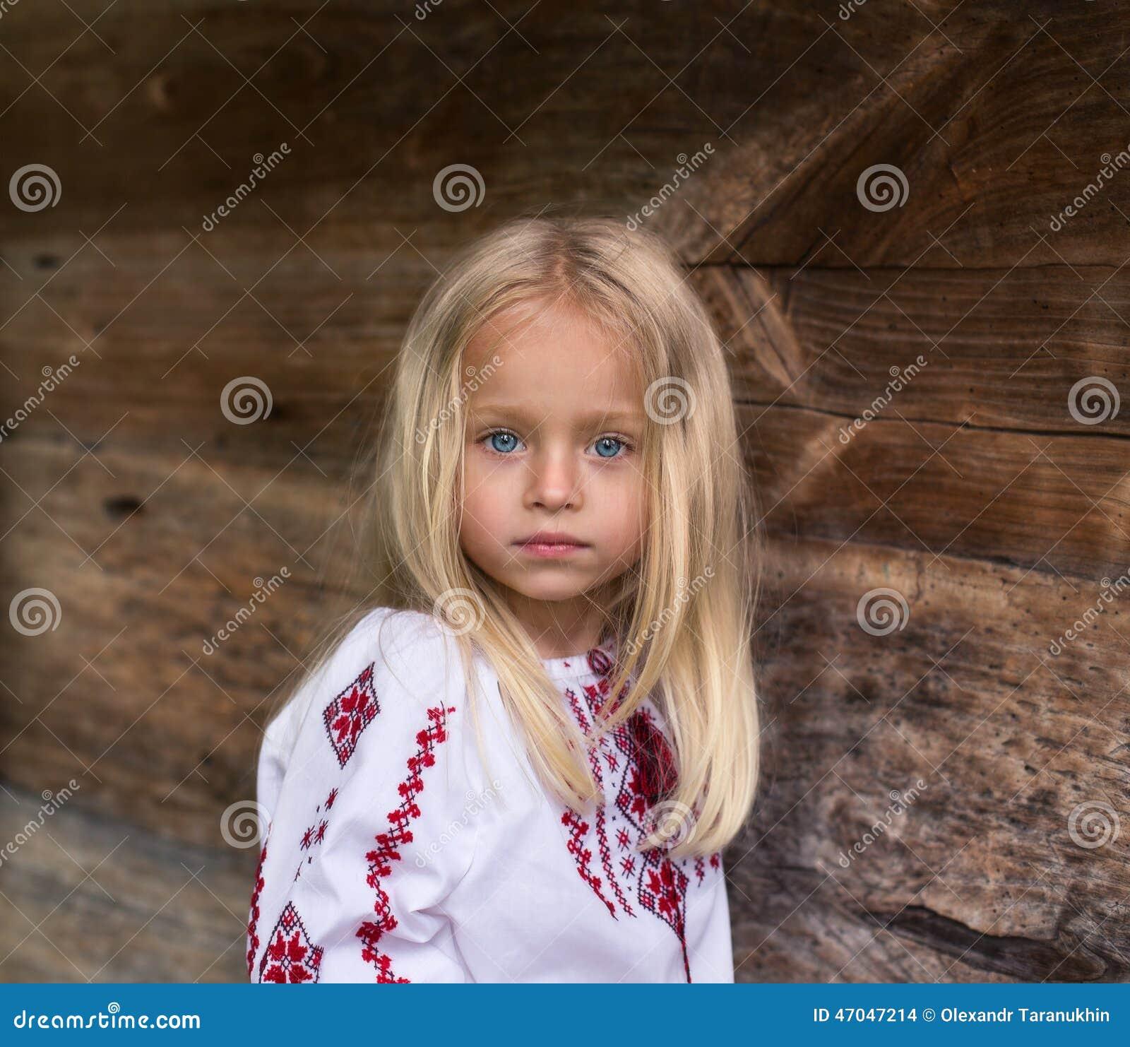 Θαυμάσιος λίγο ξανθό κορίτσι στο ουκρανικό εθνικό κοστούμι