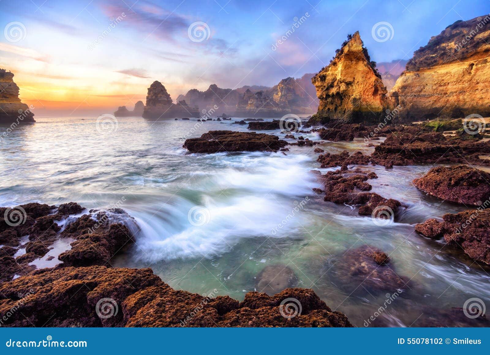 Θαυμάσιο τοπίο ακτών στην ανατολή