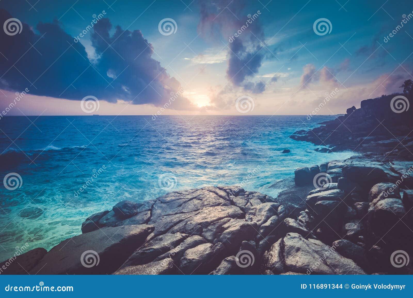 Θαυμάσιο ωκεάνιο τοπίο ηλιοβασιλέματος Unawatuna