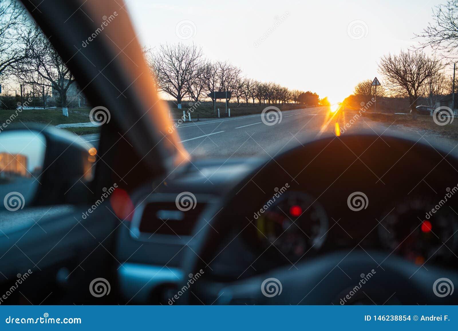Θαυμασμός του ηλιοβασιλέματος μέσω του παραθύρου αυτοκινήτων