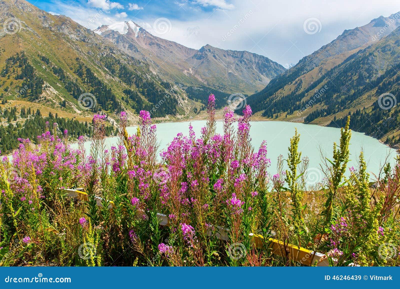 Θεαματική φυσική μεγάλη λίμνη του Αλμάτι, βουνά της Τιέν Σαν στο Αλμάτι, Καζακστάν, Ασία