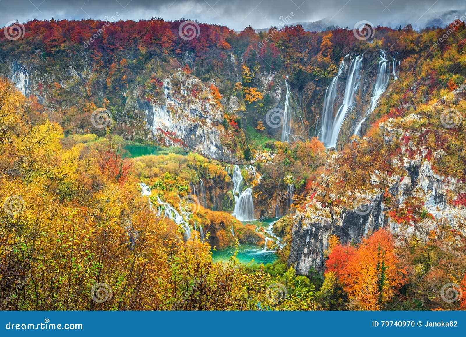 Θεαματικό τοπίο φθινοπώρου με τους μαγικούς καταρράκτες στις λίμνες Plitvice, Κροατία