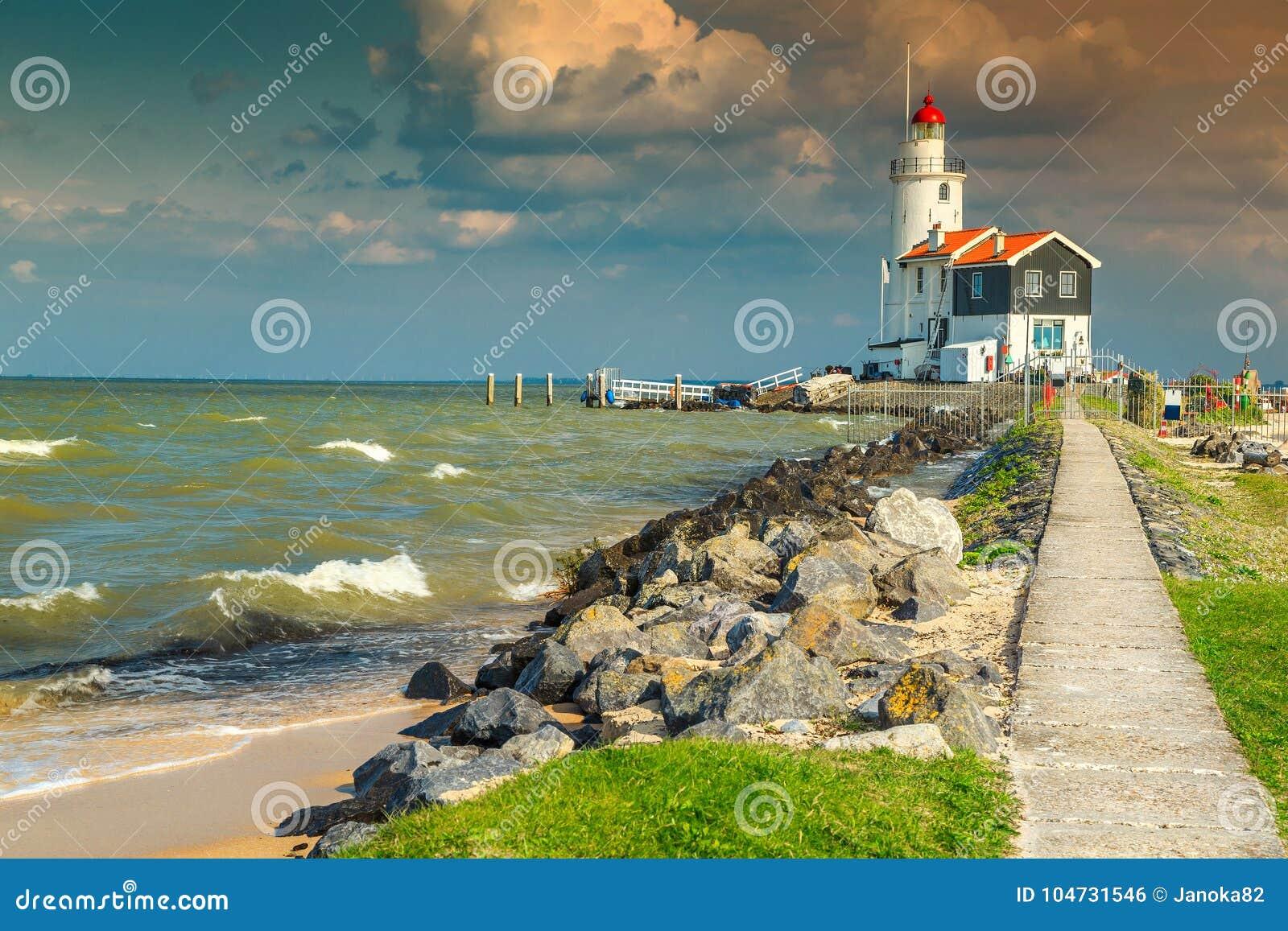 Θεαματικό seascape με το διάσημο φάρο σε Marken, Κάτω Χώρες, Ευρώπη