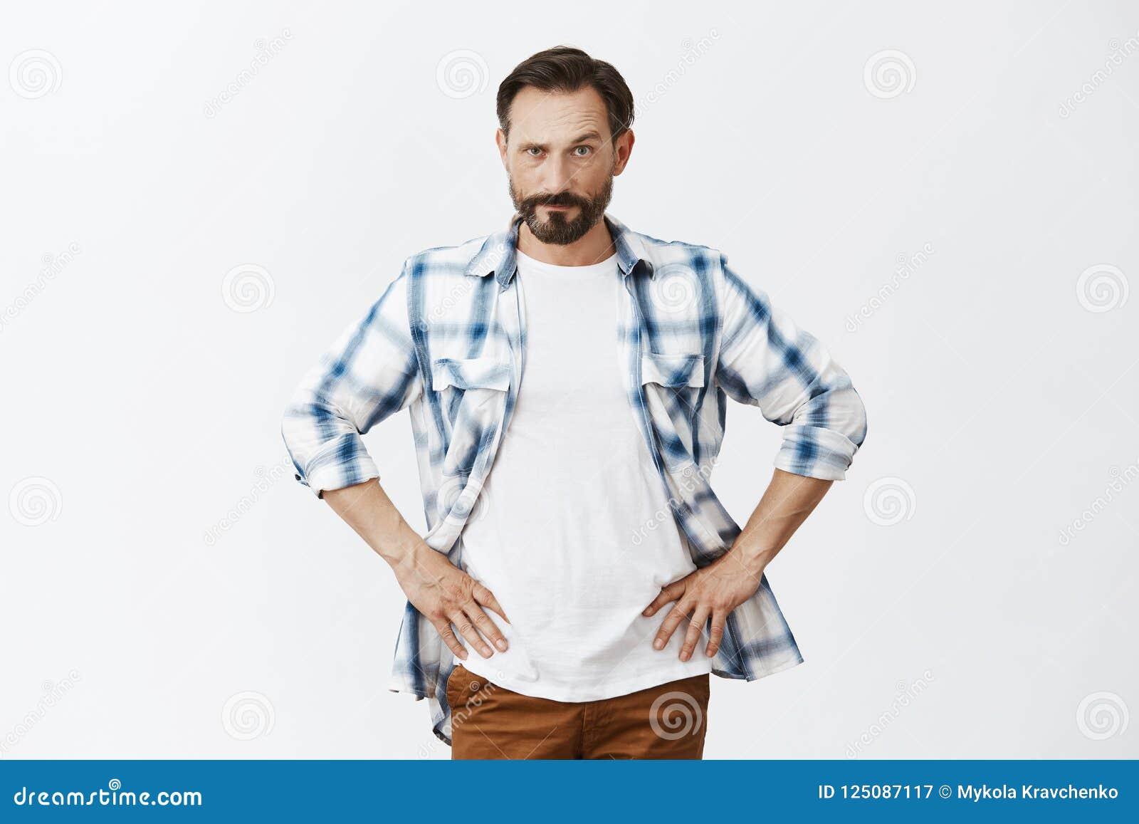 Θελήστε να μου πείτε κάτι Το τρελλό σοβαρός-κοίταγμα ανέτρεψε τον πατέρα με τη γενειάδα, που κρατά τα χέρια στη μέση, που ανυψώνο