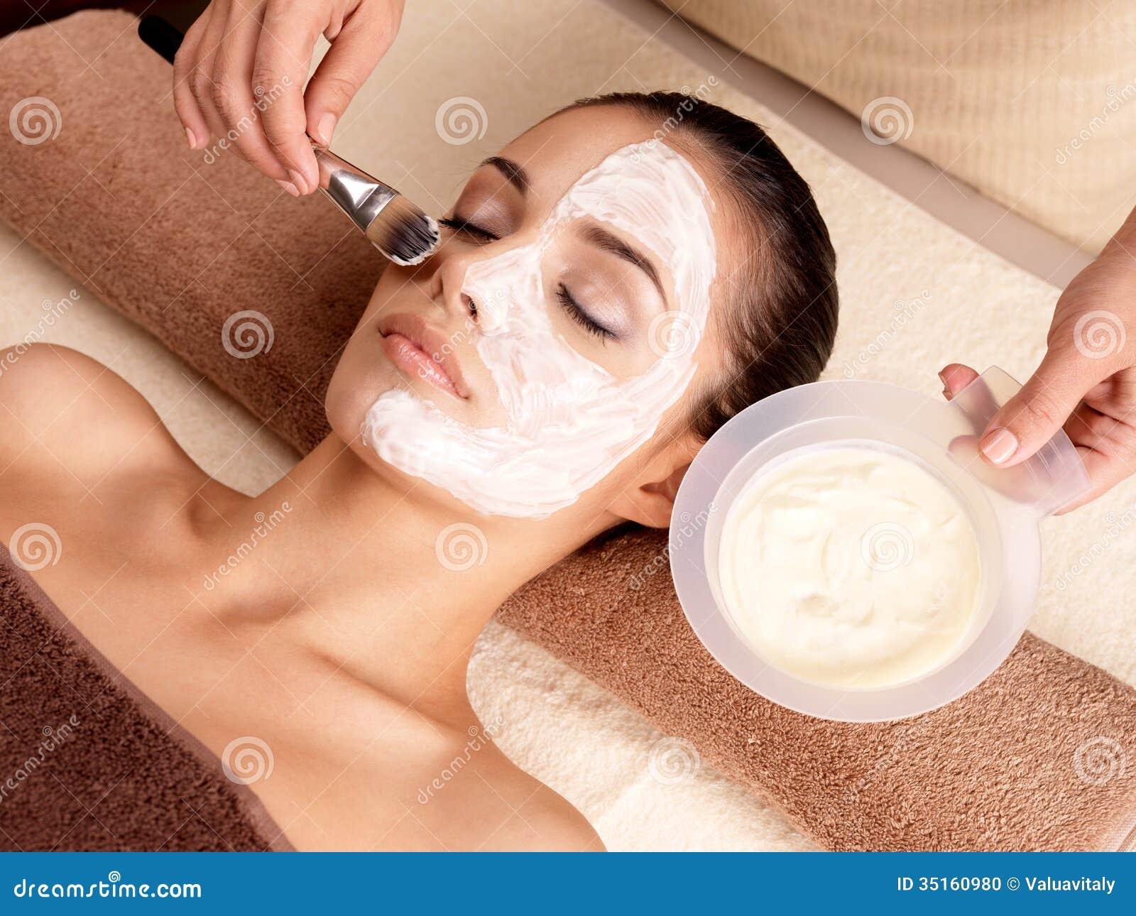 Θεραπεία SPA για τη γυναίκα που λαμβάνει την του προσώπου μάσκα