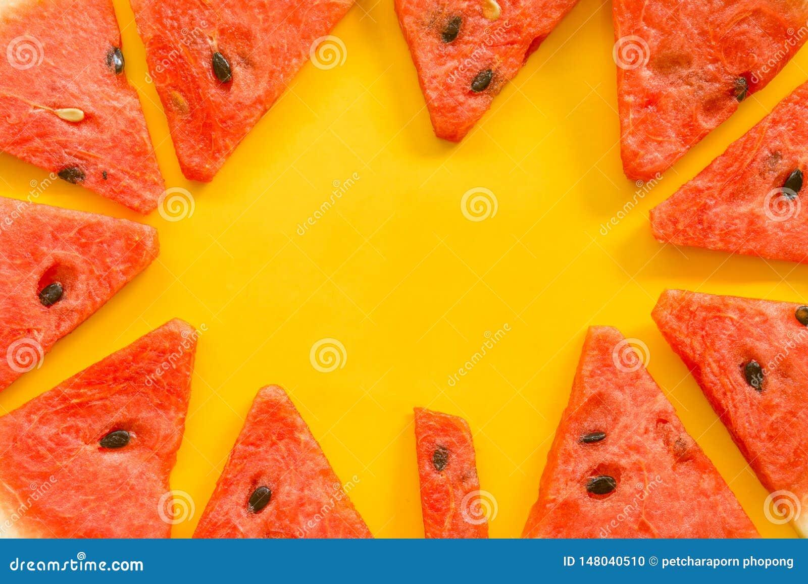 Θερινά φρούτα με το φρέσκο καρπούζι στο κίτρινο υπόβαθρο χρώματος