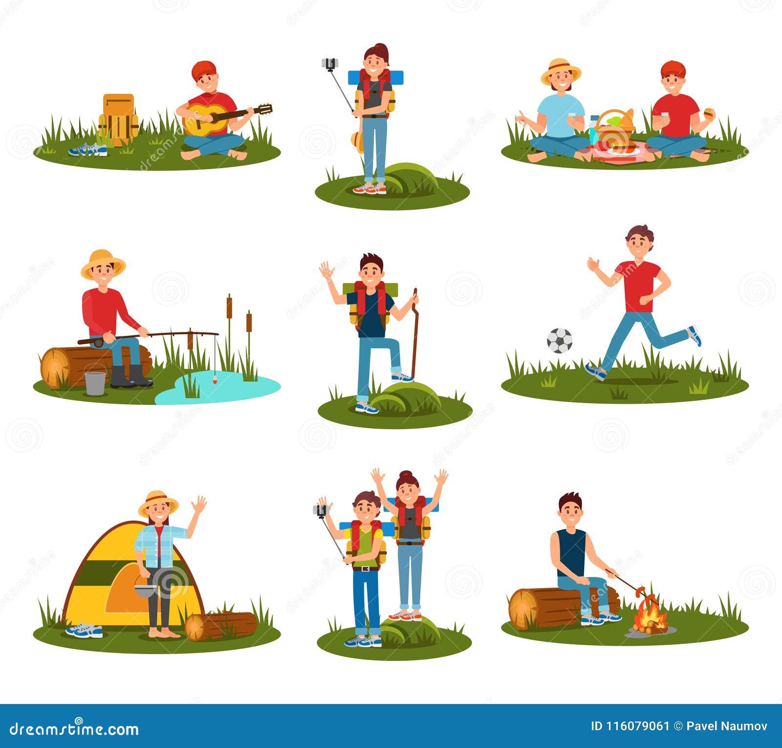 Θερινές υπαίθριες δραστηριότητες Παίζοντας ποδόσφαιρο παιδιών, μαγειρεύοντας λουκάνικα ατόμων στην πυρκαγιά, ζεύγος στο πικ-νίκ,