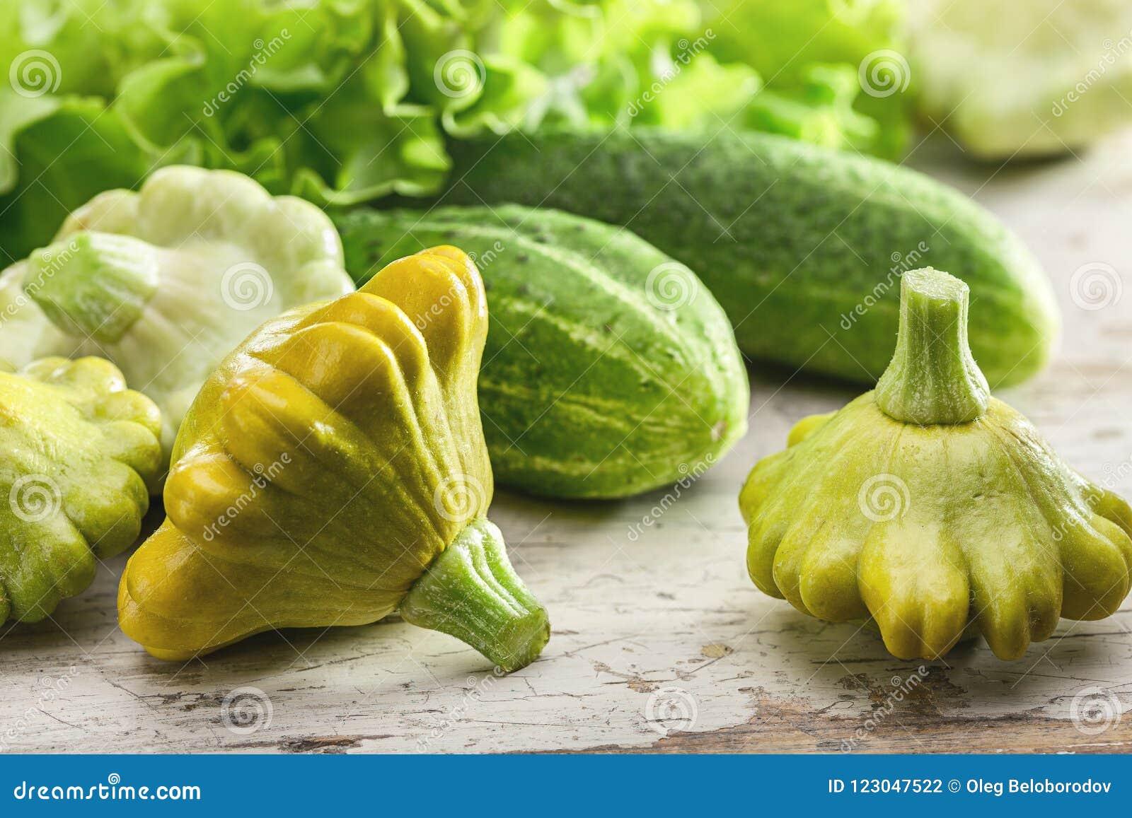 Θερινή ακόμα ζωή με τα λαχανικά Φύλλα μαρουλιού, αγγούρια και pasissons