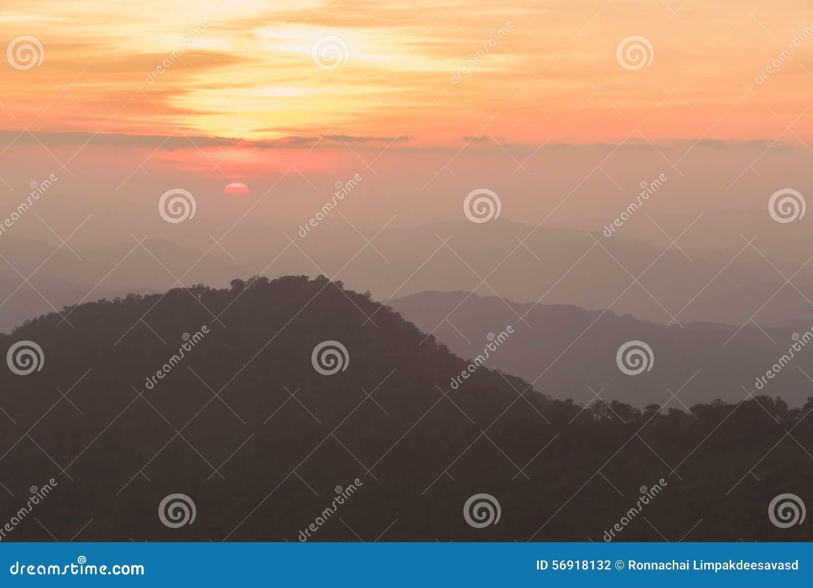 θερινή ανατολή βουνών τοπίων