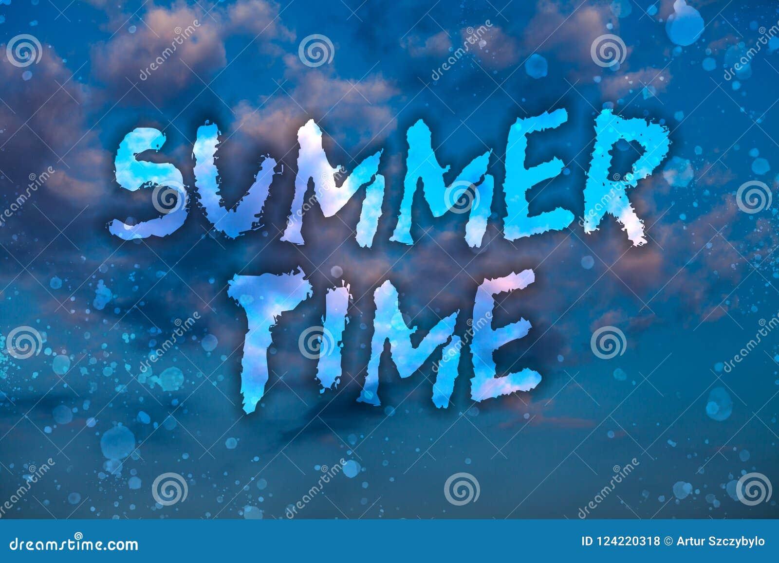 Θερινός χρόνος κειμένων γραψίματος λέξης Επιχειρησιακή έννοια για τις πιό μακροχρόνιες διακοπές το νεφελώδες φωτεινό μπλε s δραστ