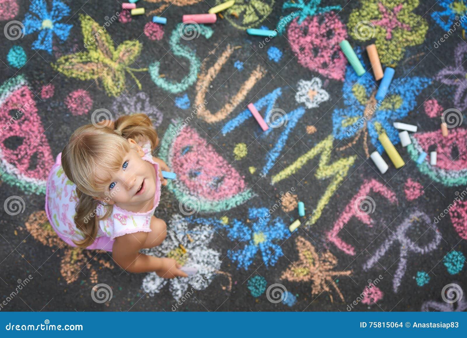 Θερινό πνεύμα σχεδίων παιδιών στην άσφαλτο