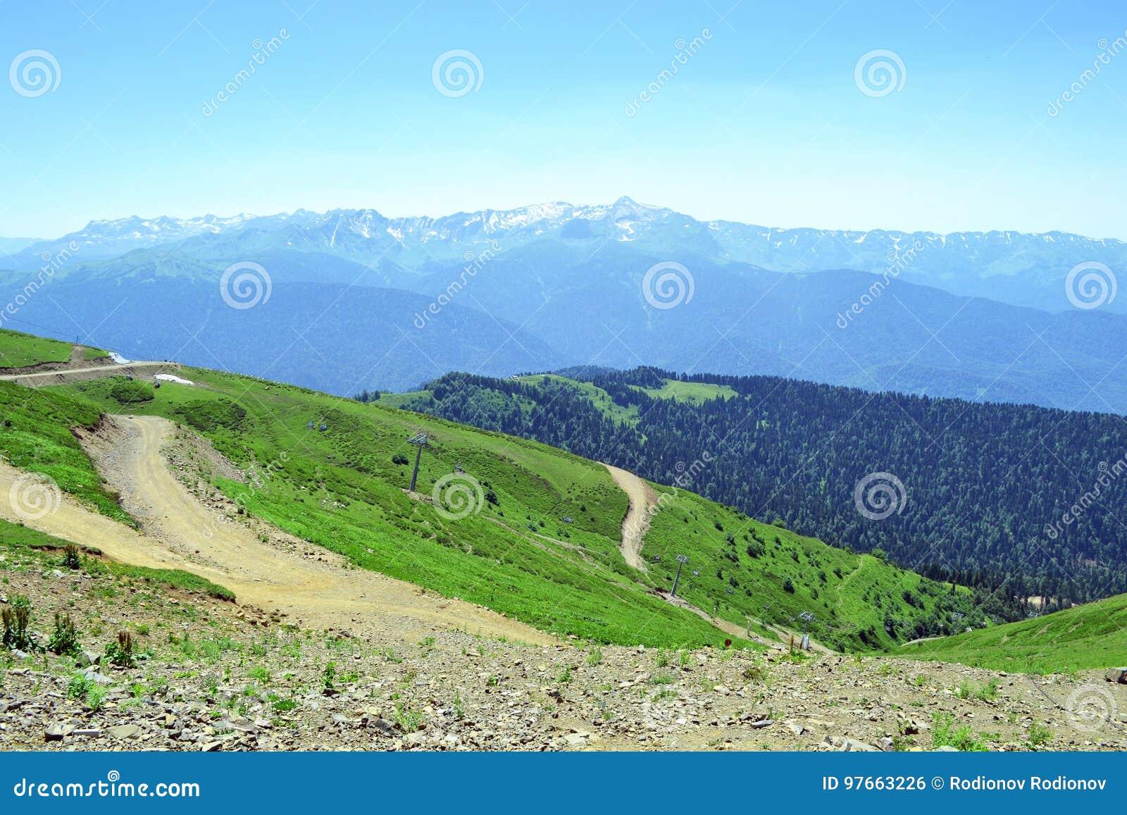 Θερινό τοπίο των καυκάσιων βουνών