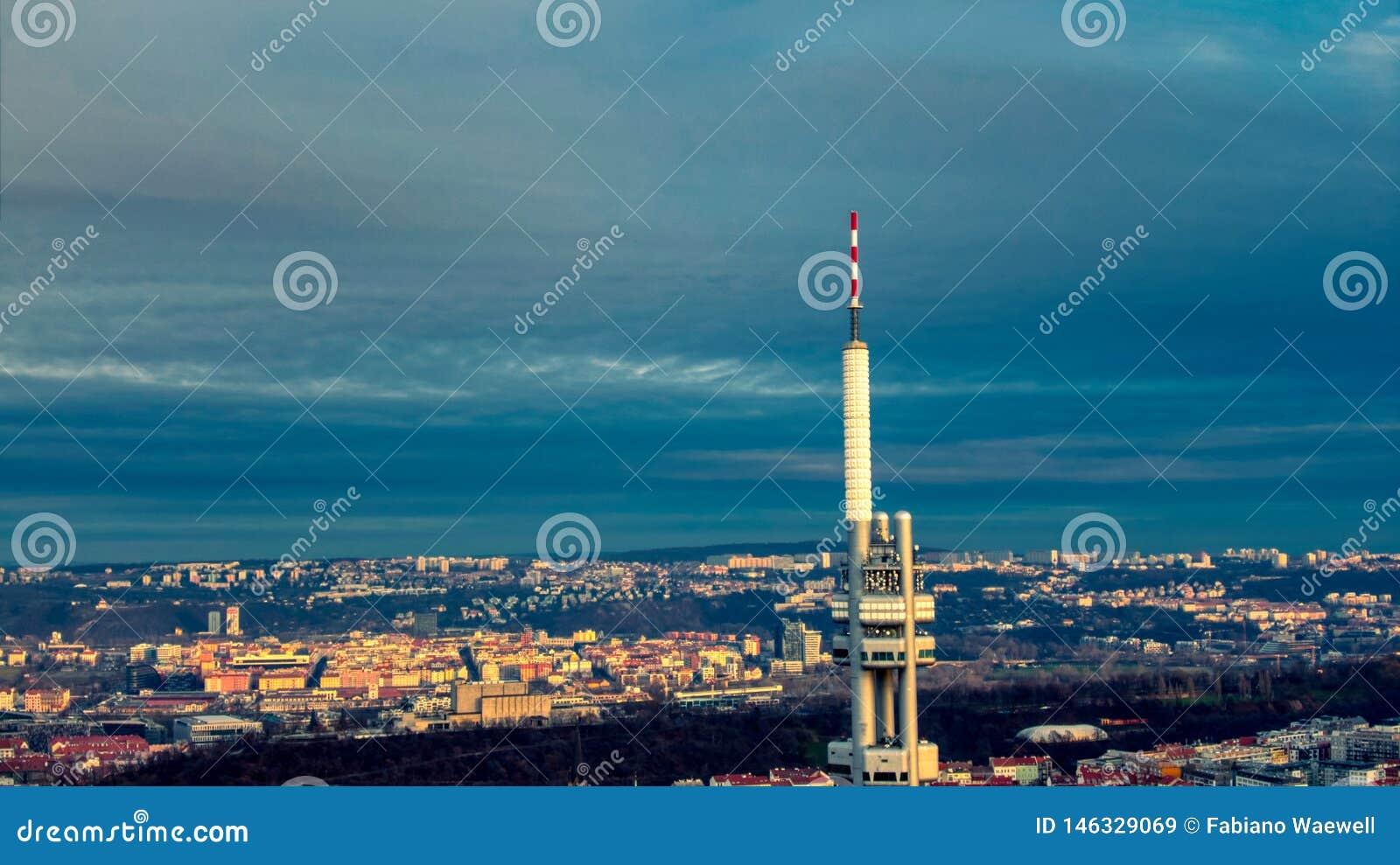 Θερινό φως πύργων TV άποψης της Πράγας εναέριο