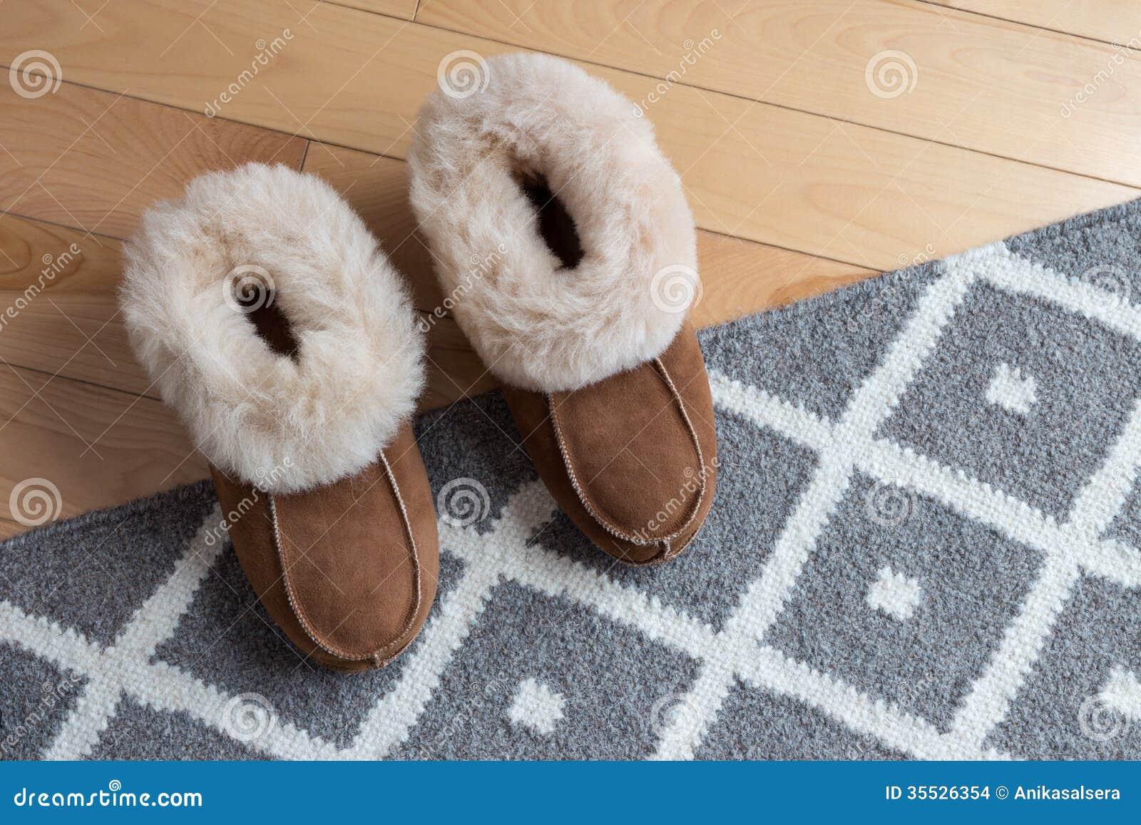 Θερμές παντόφλες σε μια κουβέρτα
