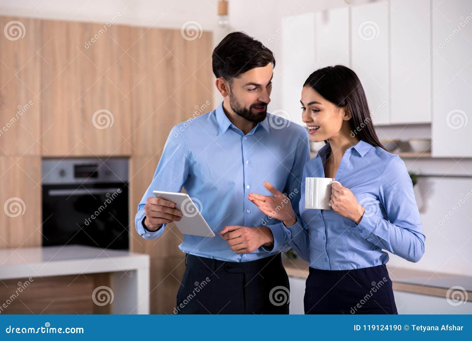 Θετικοί επιχειρησιακοί συνάδελφοι που χρησιμοποιούν την ταμπλέτα τους