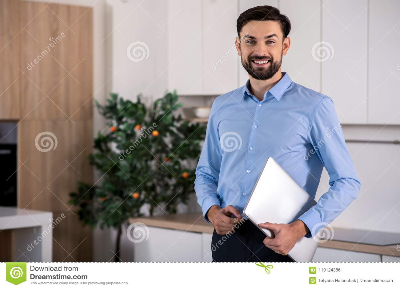 Θετικός επιχειρηματίας που κρατά το lap-top του