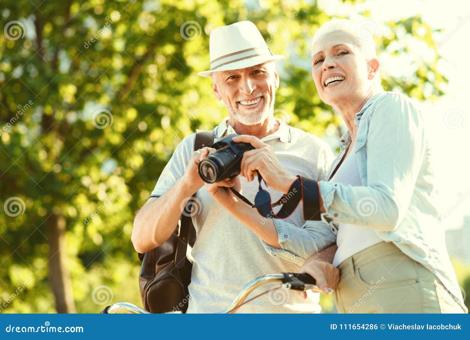 Θετικό ηλικιωμένο ζεύγος που έχει έναν περίπατο