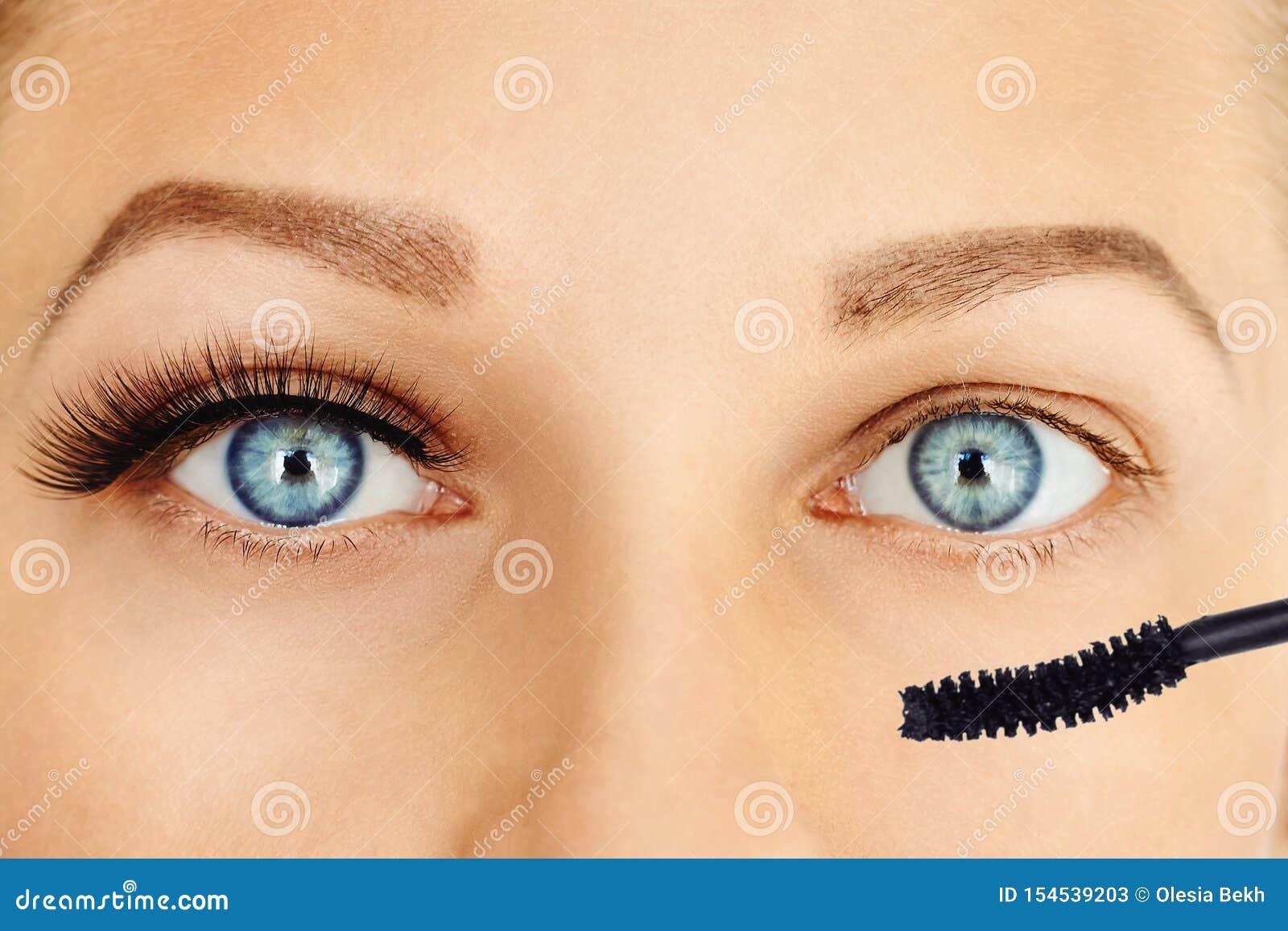 Θηλυκά μάτια με τα μακροχρόνιες eyelashes και τη βούρτσα mascara Σύνθεση και έννοια καλλυντικών