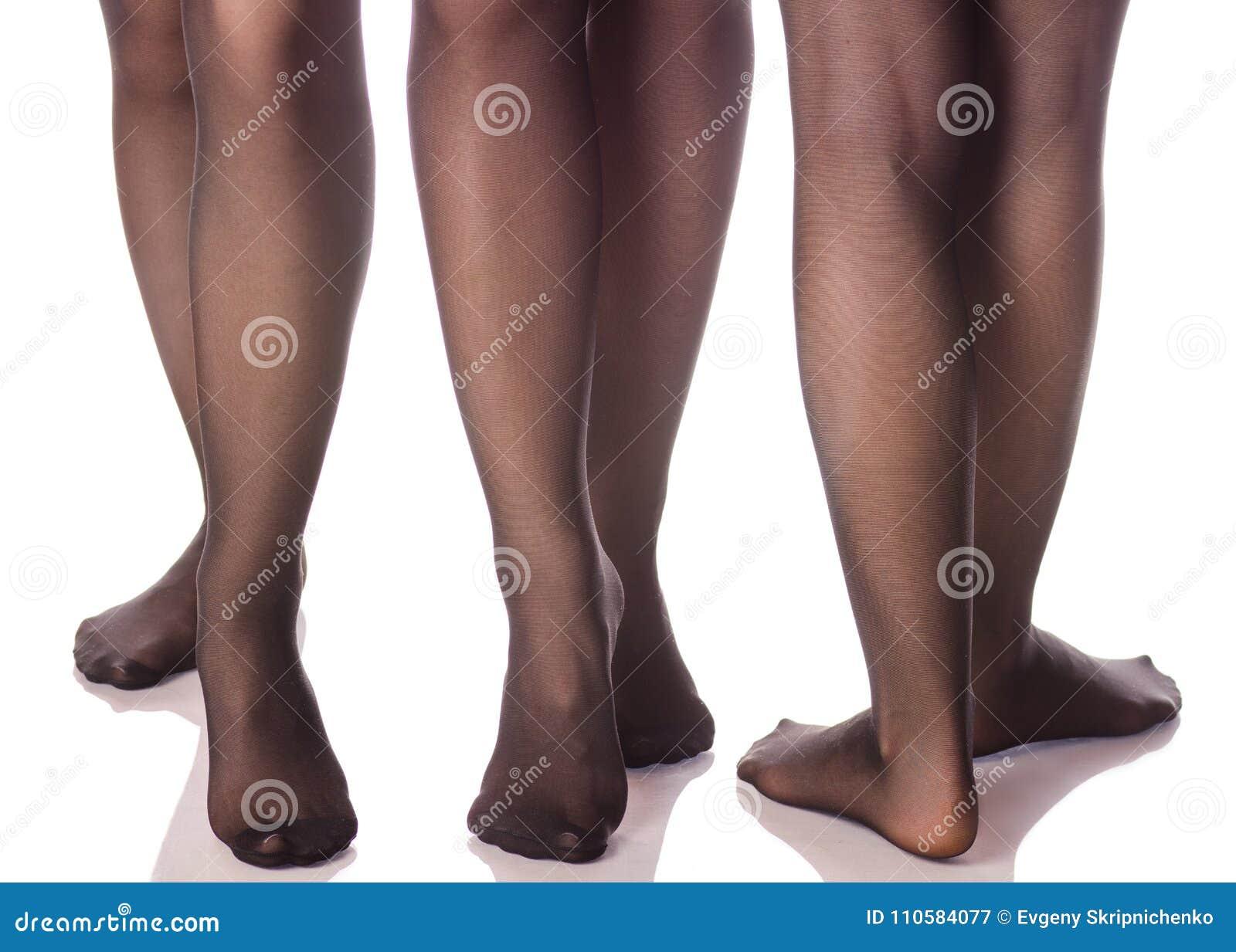 Θηλυκά πόδια στις μαύρες γυναικείες κάλτσες καλσόν από τη διαφορετική  ομορφιά κατευθύνσεων f61a1e306f3