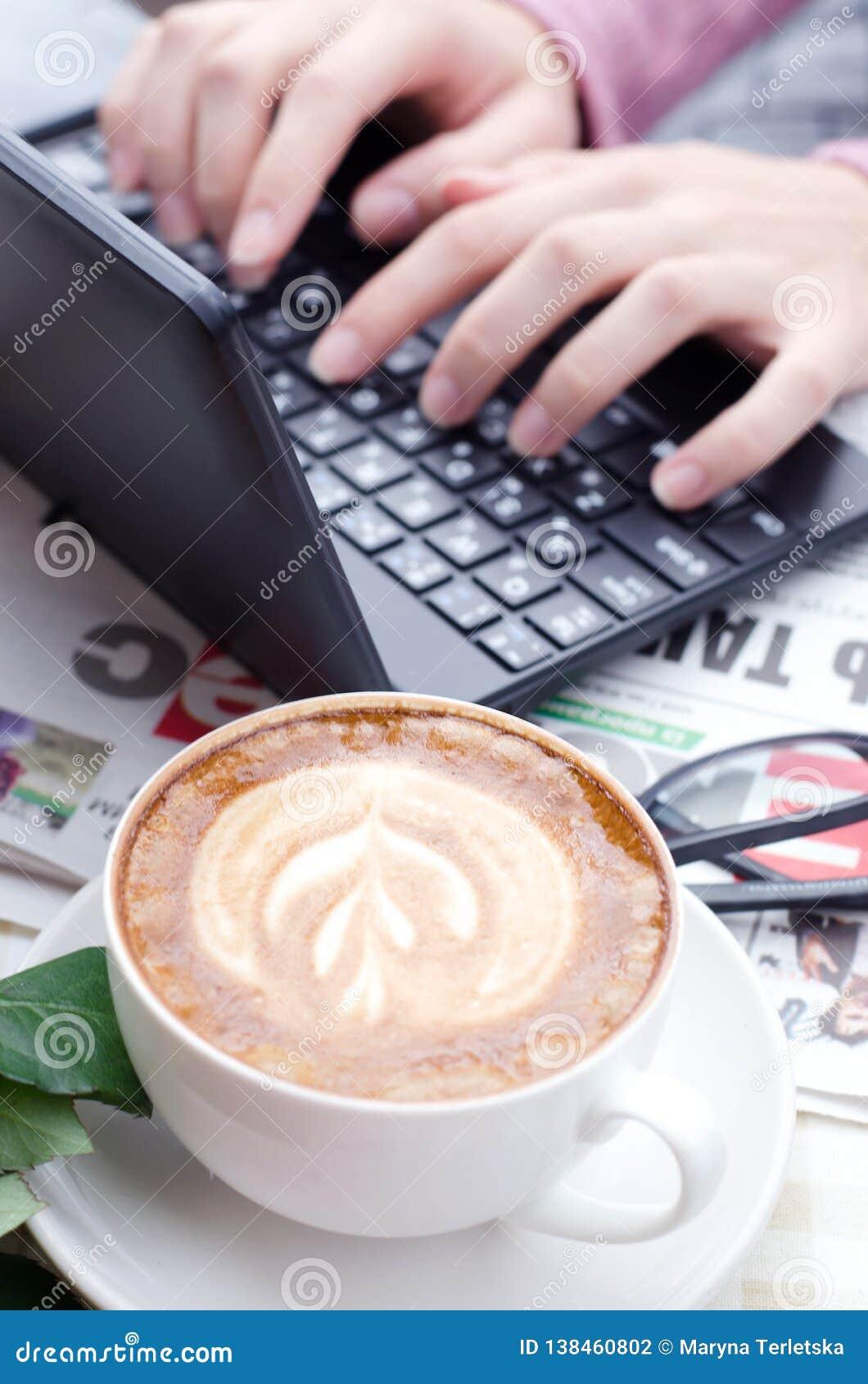 Θηλυκά χέρια που δακτυλογραφούν το κείμενο σε ένα πληκτρολόγιο netbook