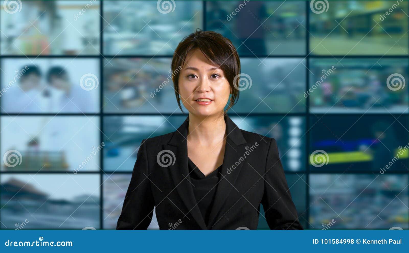 Θηλυκή άγκυρα ειδήσεων στο στούντιο