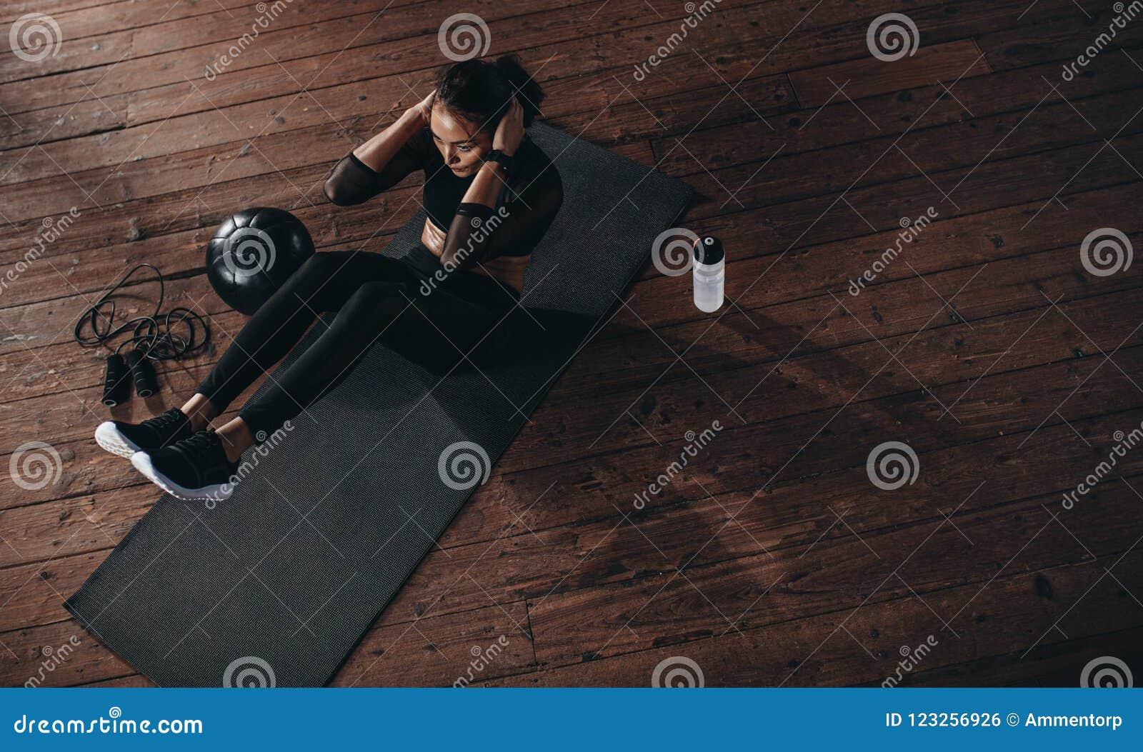 Θηλυκή κάνοντας κοιλία workout στη γυμναστική