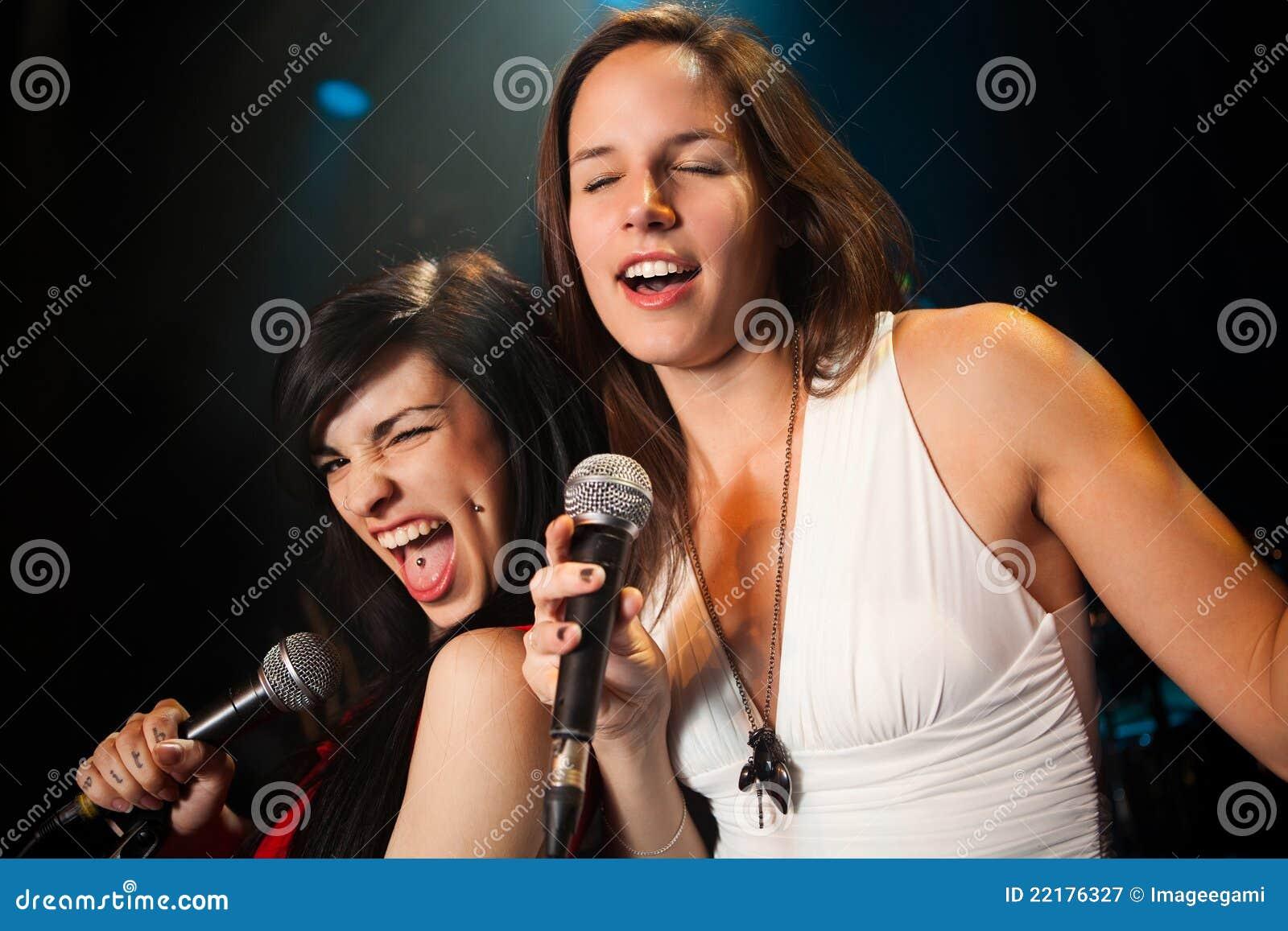 Θηλυκοί τραγουδιστές που εκτελούν ένα ντουέτο