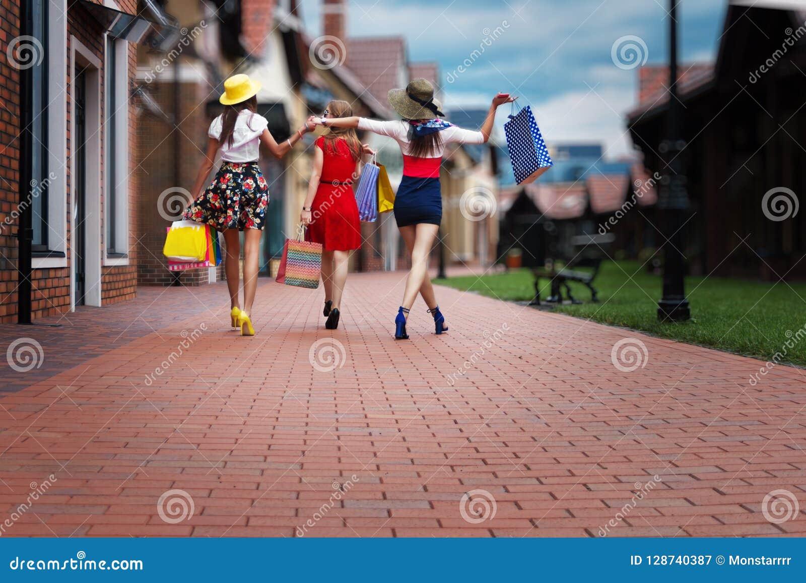 Θηλυκοί φίλοι γυναικών μόδας στη λεωφόρο αγορών