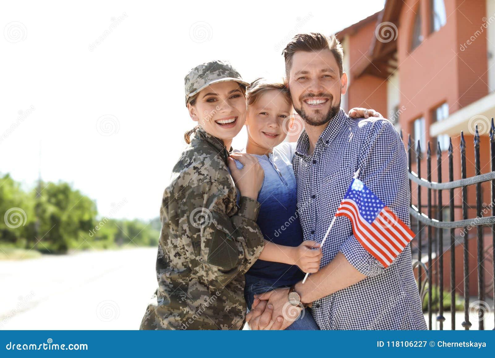Θηλυκός στρατιώτης με την οικογένειά της υπαίθρια Στρατιωτική υπηρεσία
