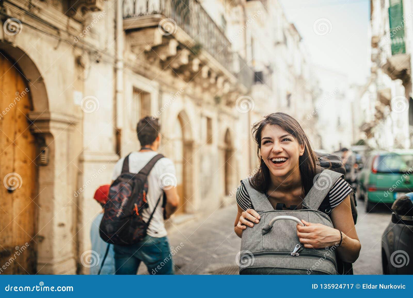 Θηλυκός τουρίστας backpacker επισκεπτόμενη Ιταλία Γυναίκα στις Συρακούσες, Σικελία Παλαιά πόλη των Συρακουσών, επισκέπτης νησιών