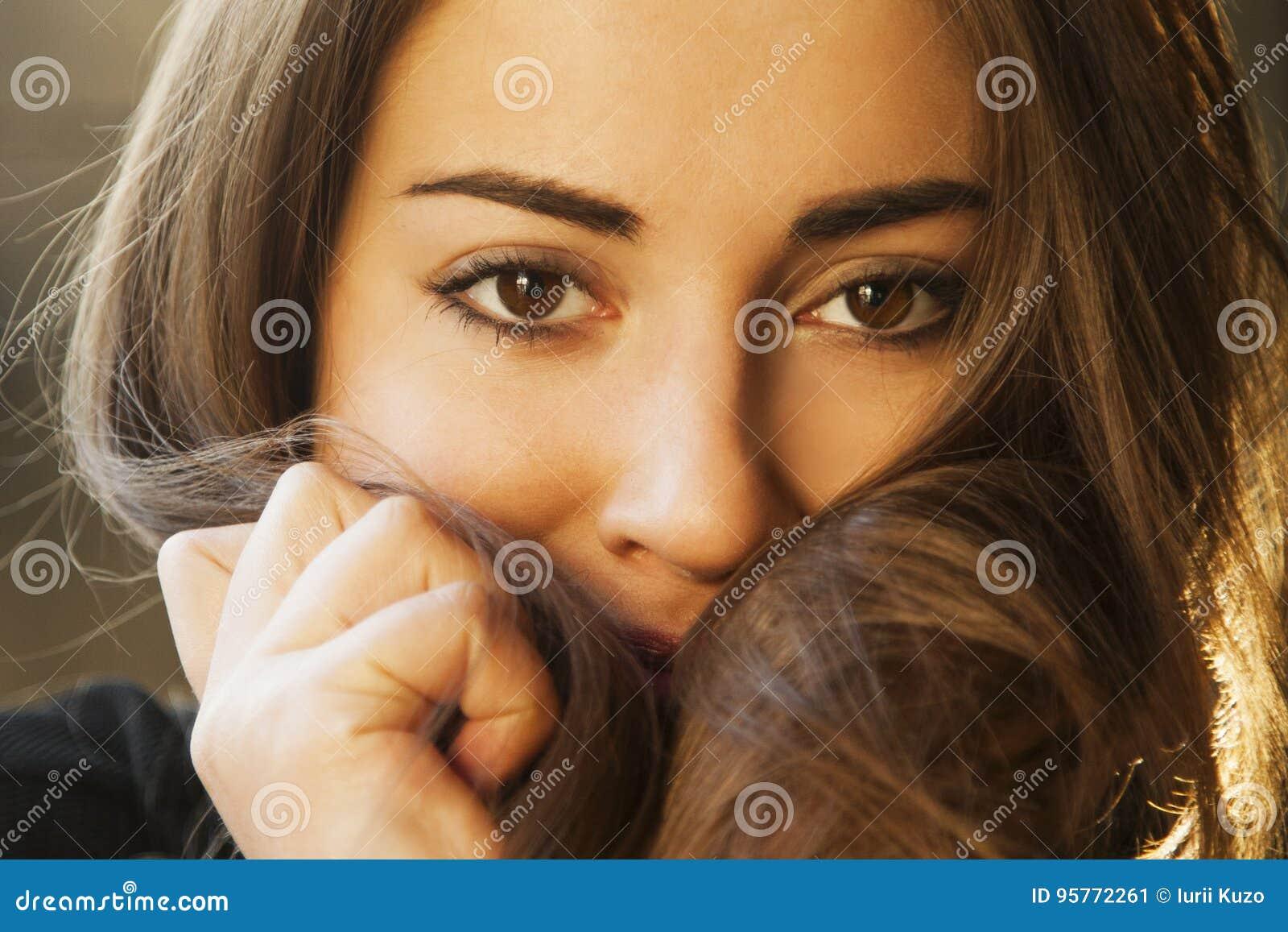 θηλυκότητα Πορτρέτο ομορφιάς ενός νέου όμορφου κοριτσιού W brunette