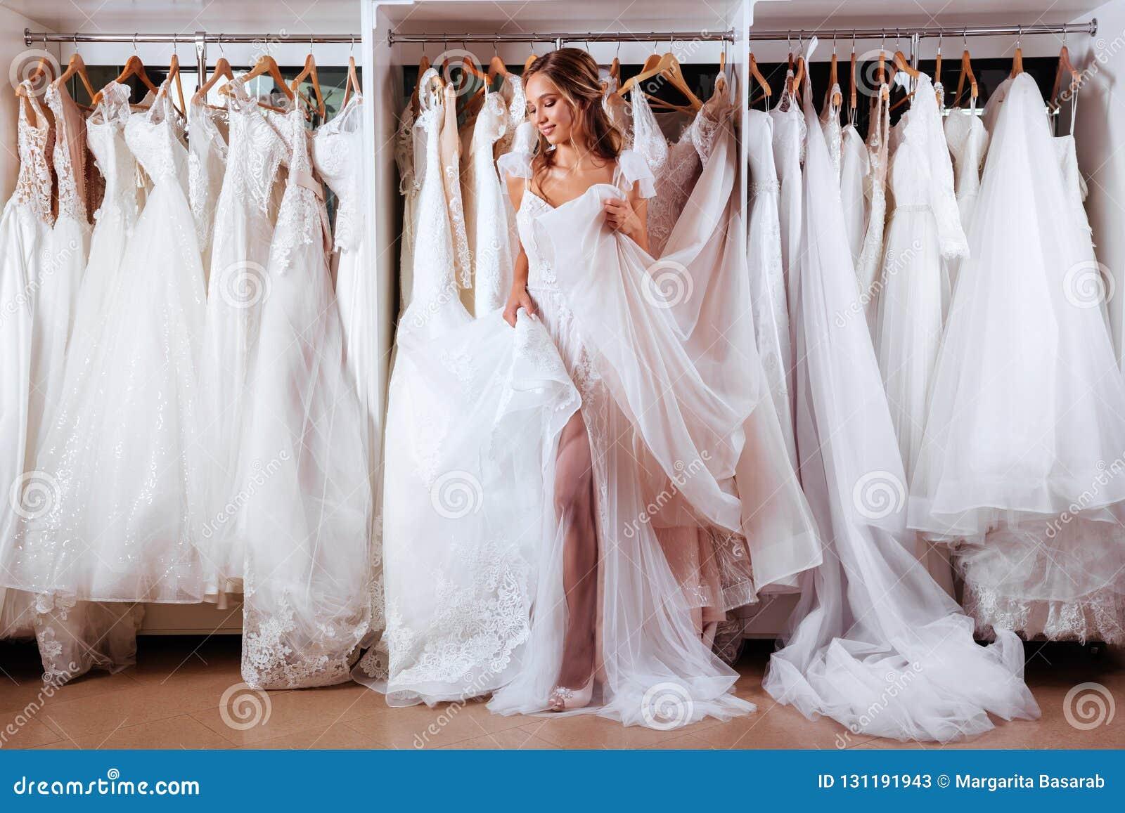 Θηλυκό που προσπαθεί στο γαμήλιο φόρεμα