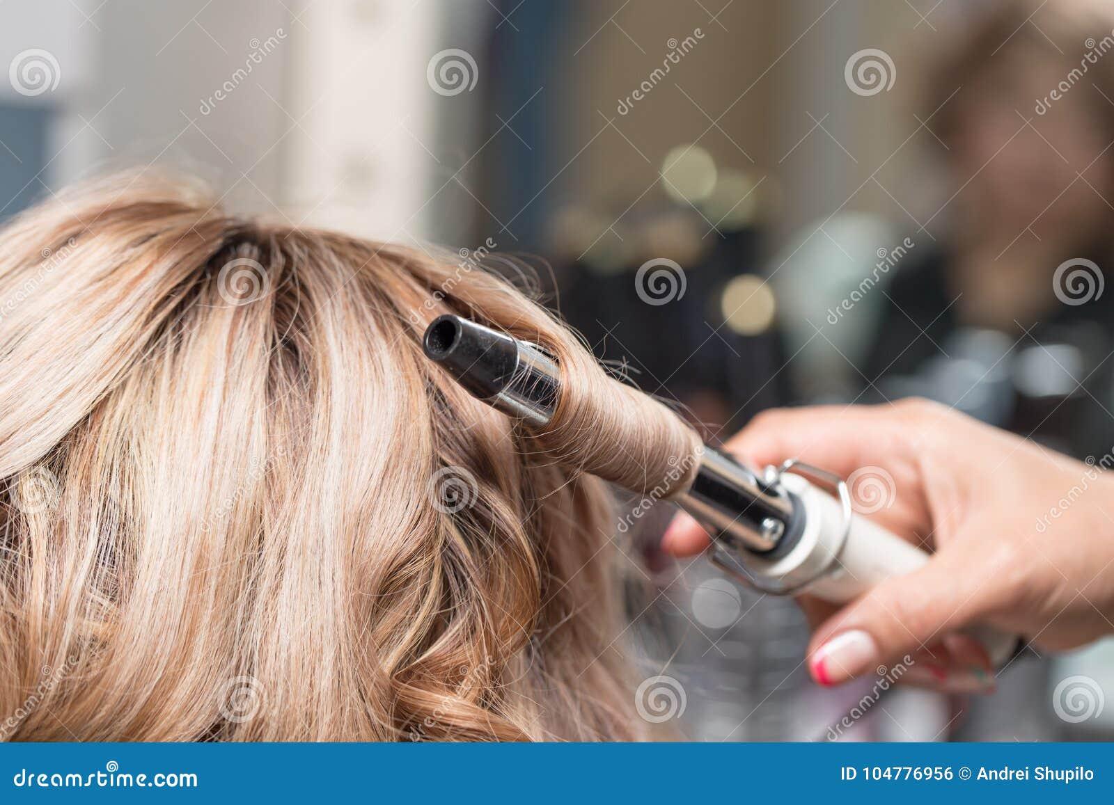 Θηλυκό Hairstyles στο κατσάρωμα σε ένα σαλόνι ομορφιάς