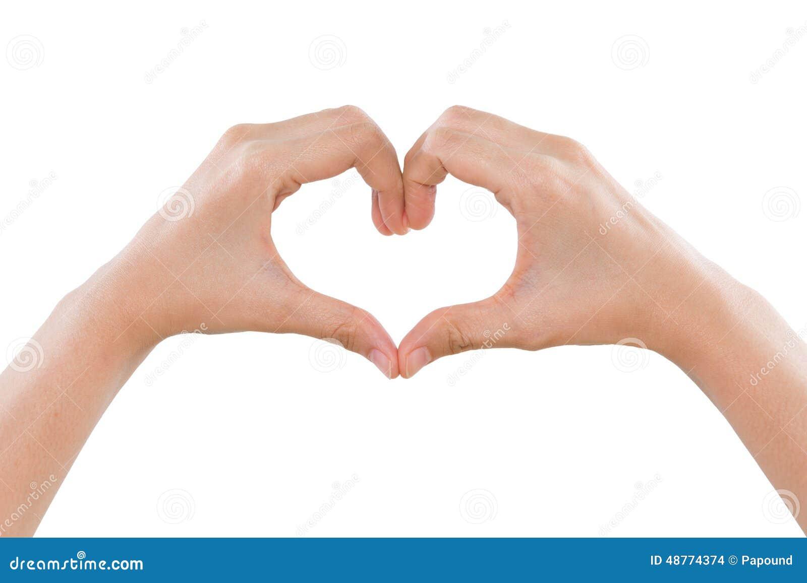 Θηλυκά χέρια που καθιστούν μια μορφή καρδιών απομονωμένη στο λευκό