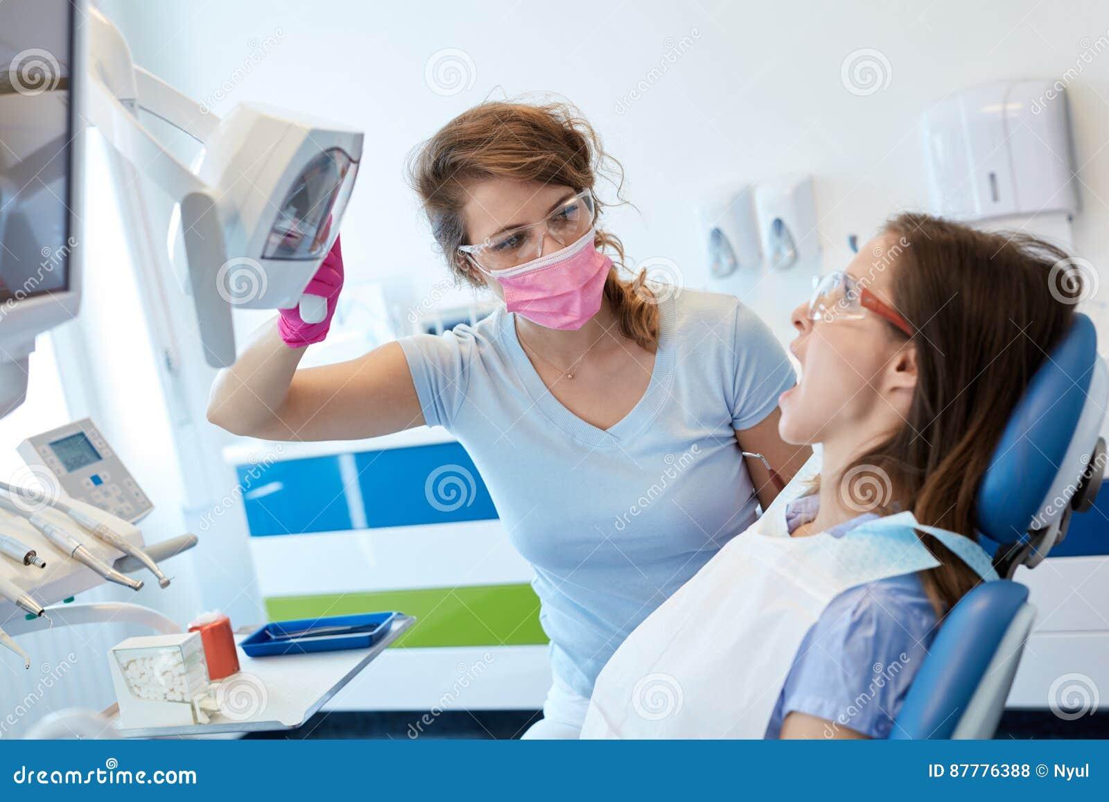 Θηλυκή εργασία οδοντιάτρων