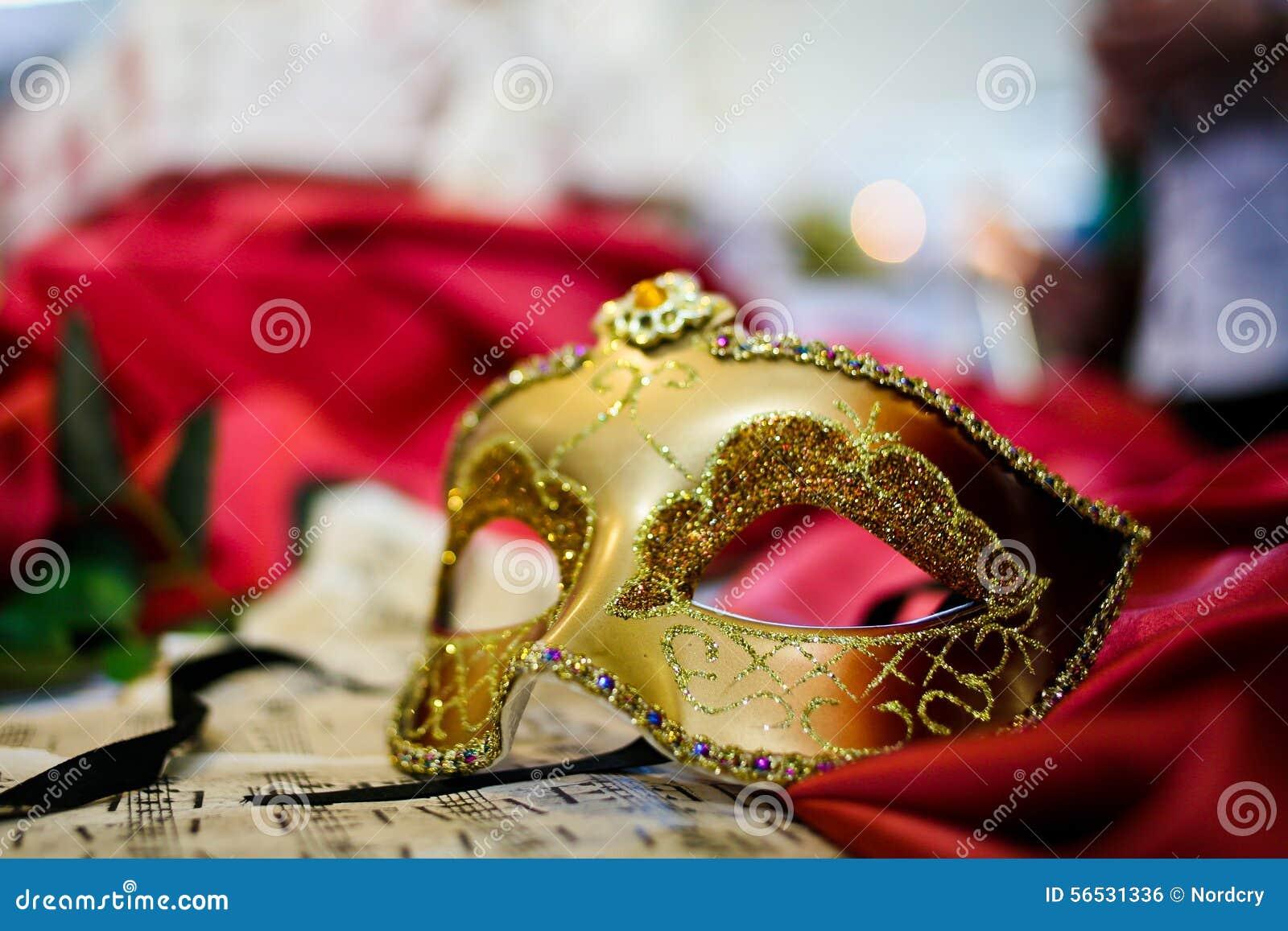 Θηλυκή μάσκα καρναβαλιού που βάζει στο φύλλο μουσικής