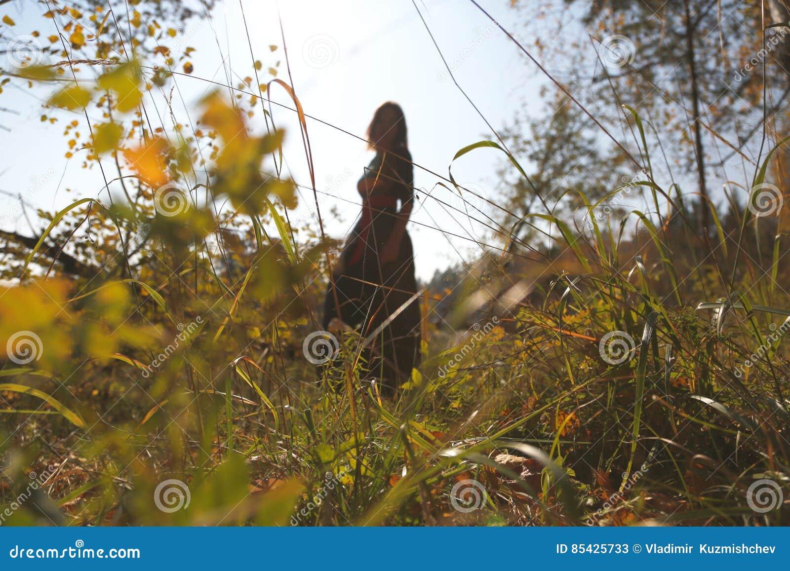 Θηλυκή σκιαγραφία στο δάσος φθινοπώρου